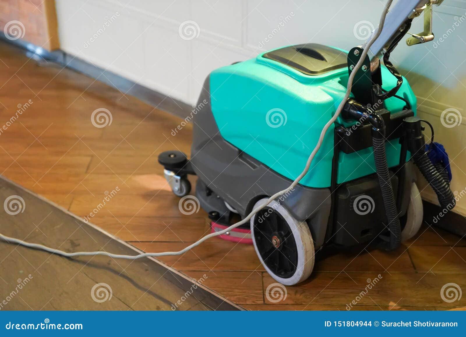 Czyści maszynowy działanie na podłodze