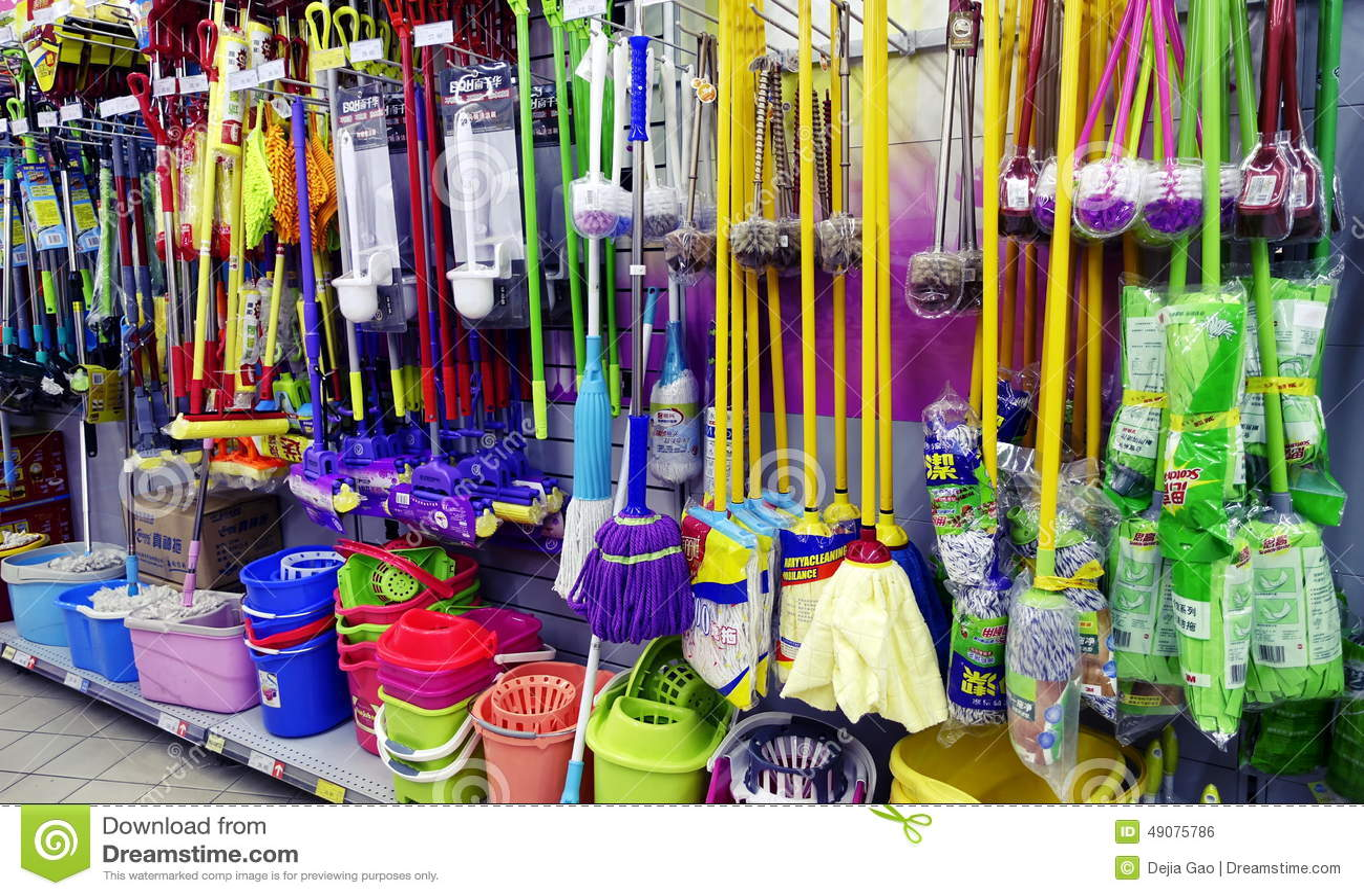 Czyści narzędzia w supermarkecie