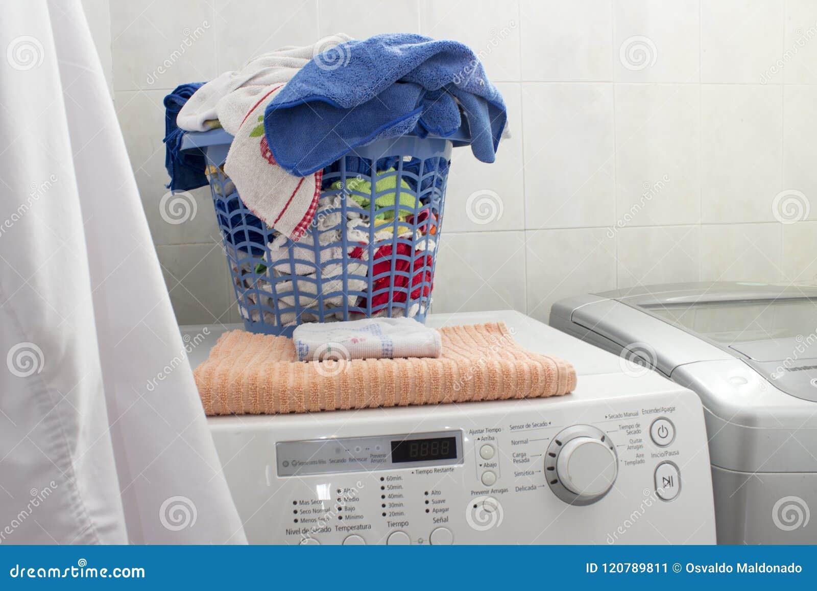 Czyści pralnianego kosz nad pralką