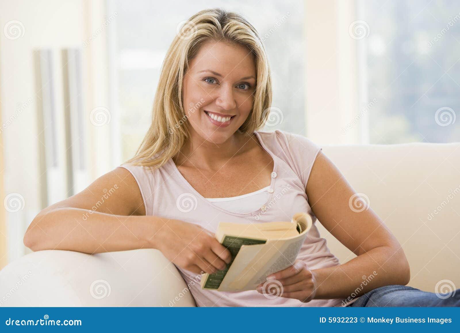 Czytanie książki żyje pokój kobieta uśmiechnięta