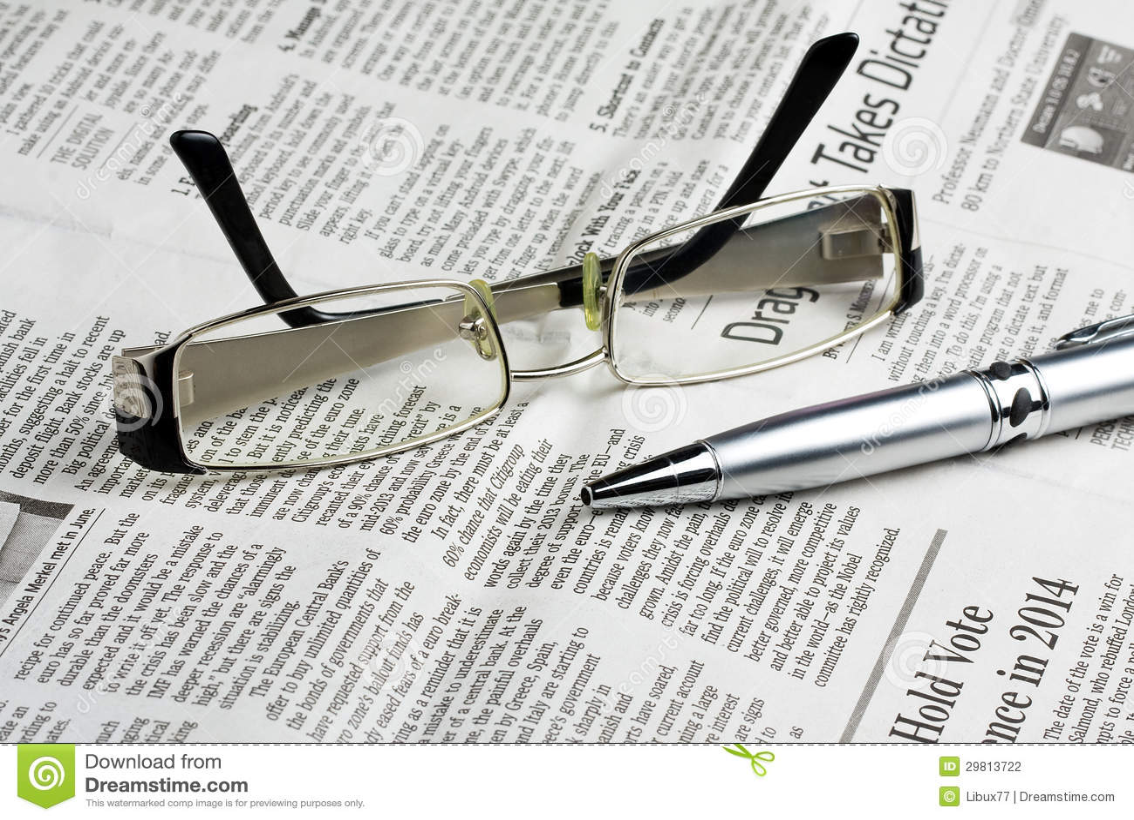 Czytelniczy szkła na gazecie z piórem