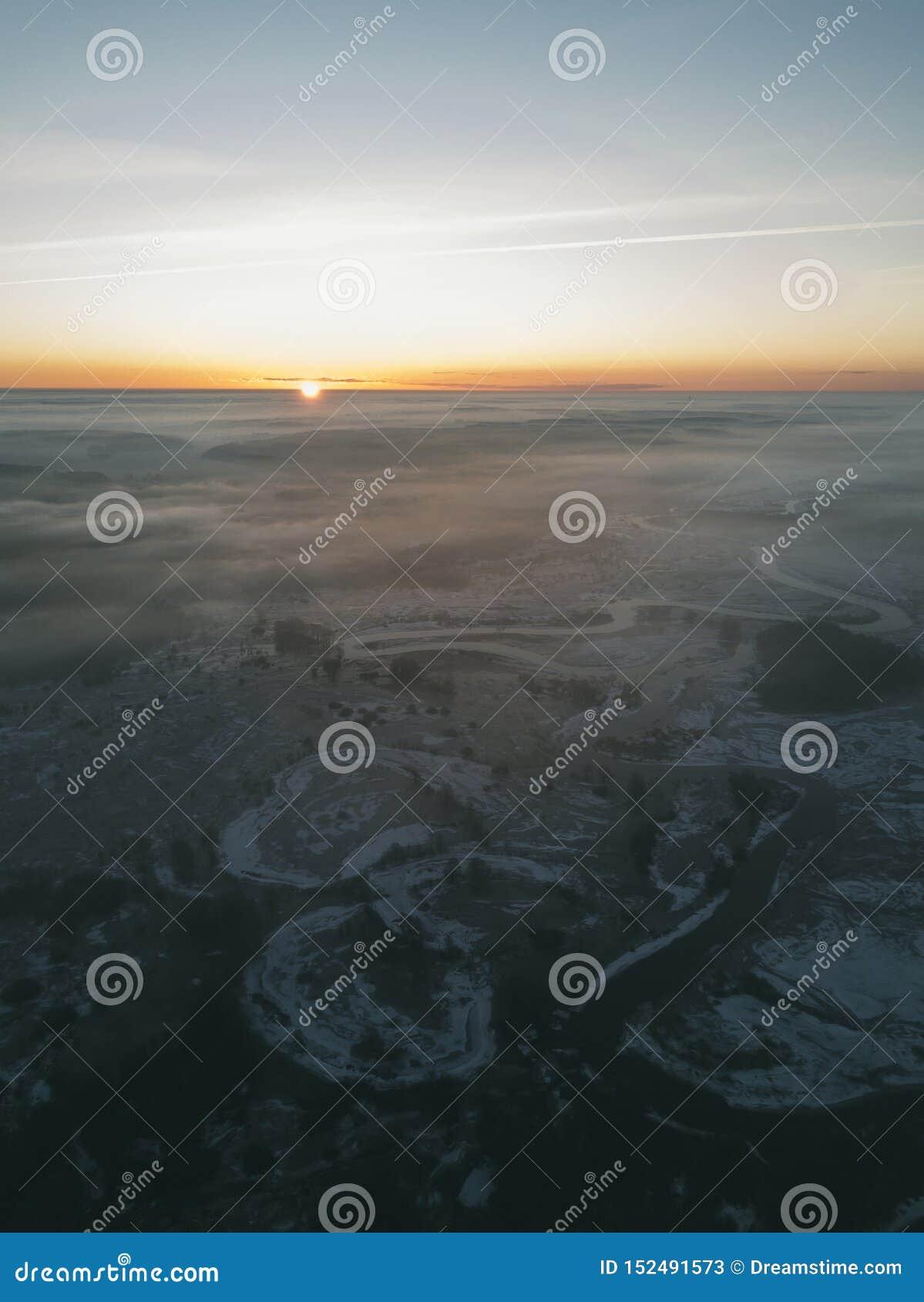 Dämmerung über dem gefrorenen Fluss, Nebel zwischen den Bäumen, Bündel Nebel