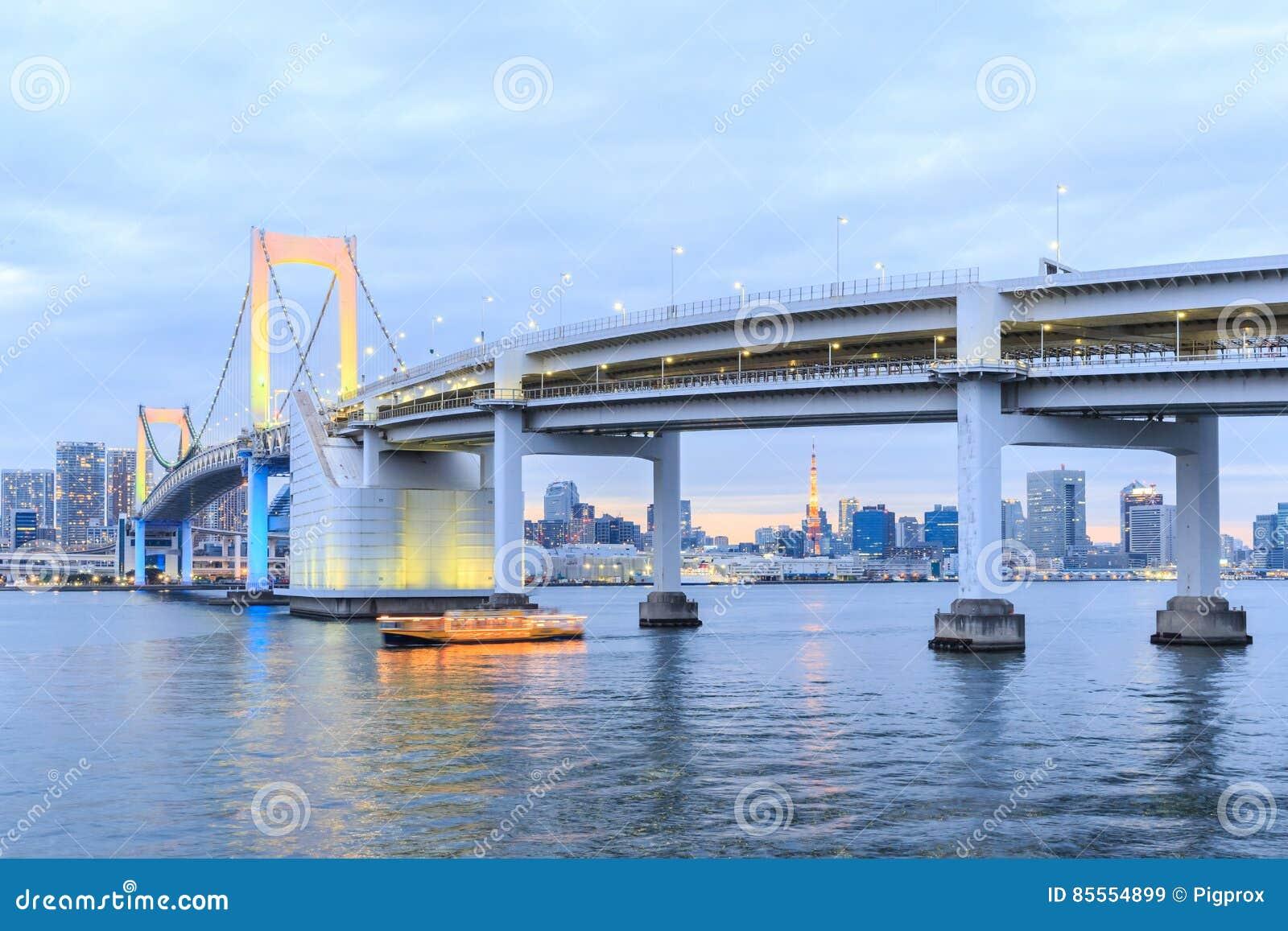 Dämmerungs-Tokyo-Regenbogenbrücke