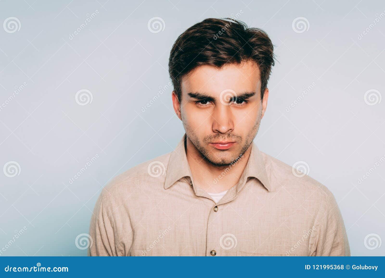 Dämpad blick för piercing för ilskaagressionman