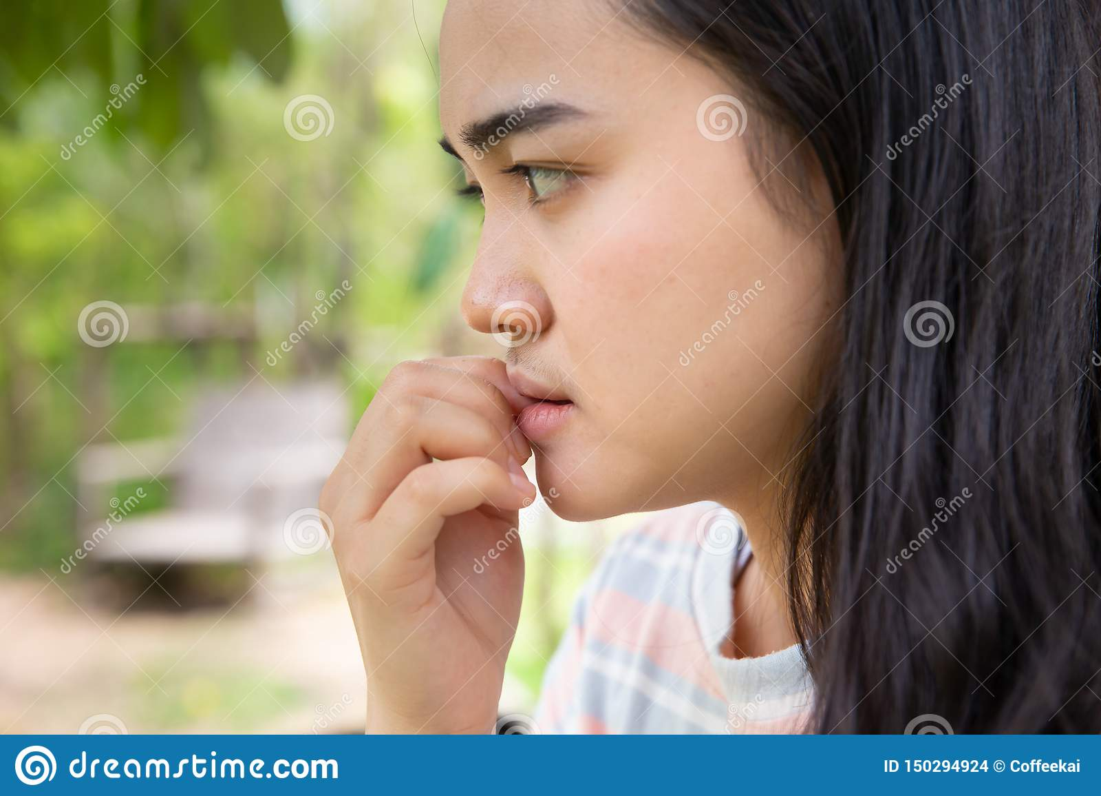 Dålig tonårig nervös angelägen känsla för flicka och att spika att bita