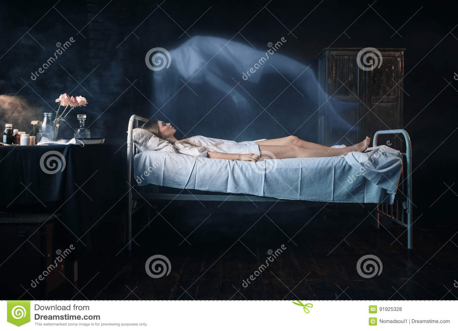Dåligt kvinnan som ligger i sjukhussäng, andasidor, förkroppsligar