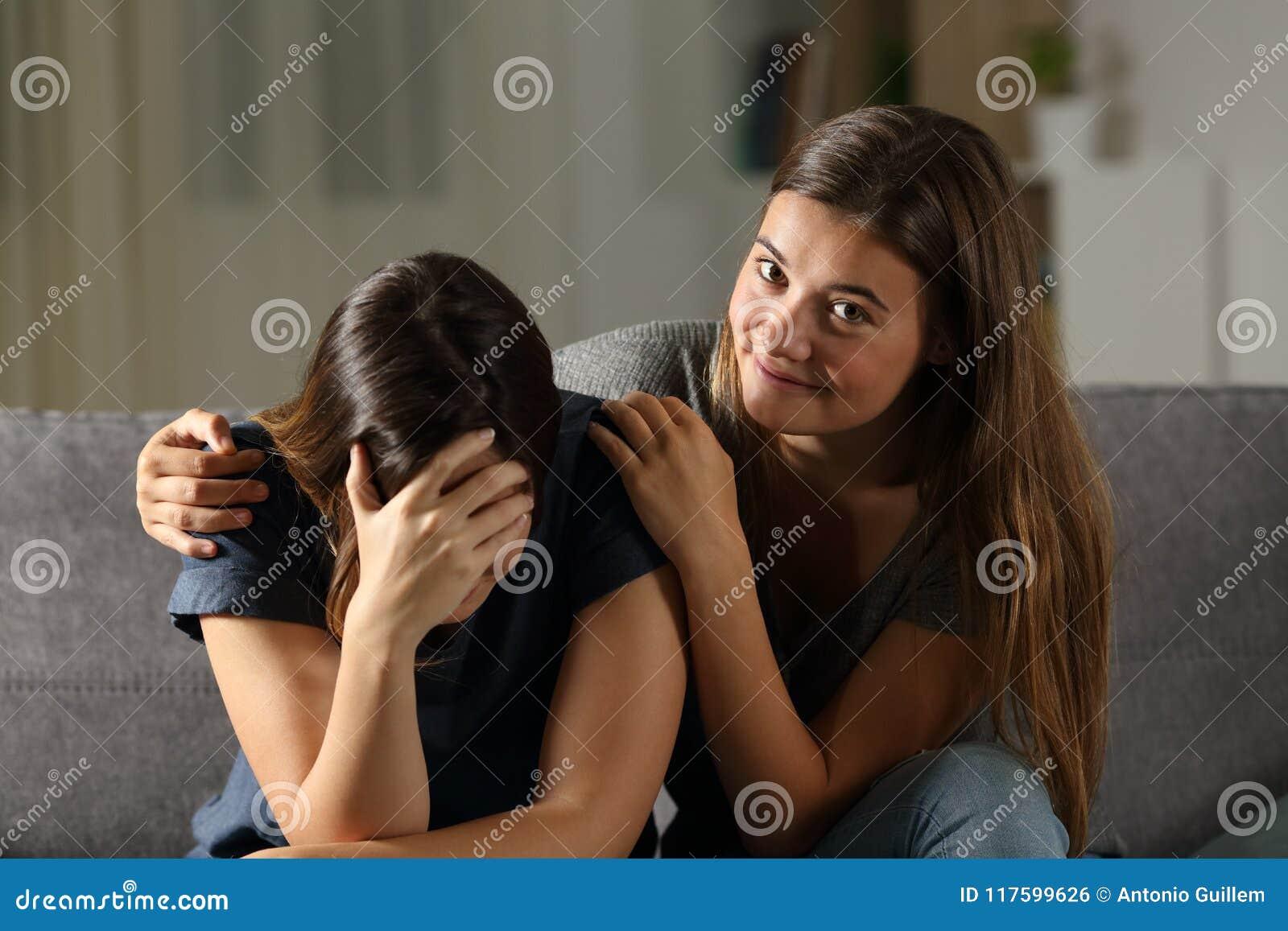 Dåligt tonårigt är lyckligt med hennes ledsna vängråt