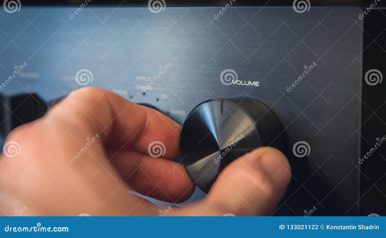 Dé el torneado de un botón con el texto del volumen de la salida escrito en él, con la consecuencia de un coste unitario la reduc