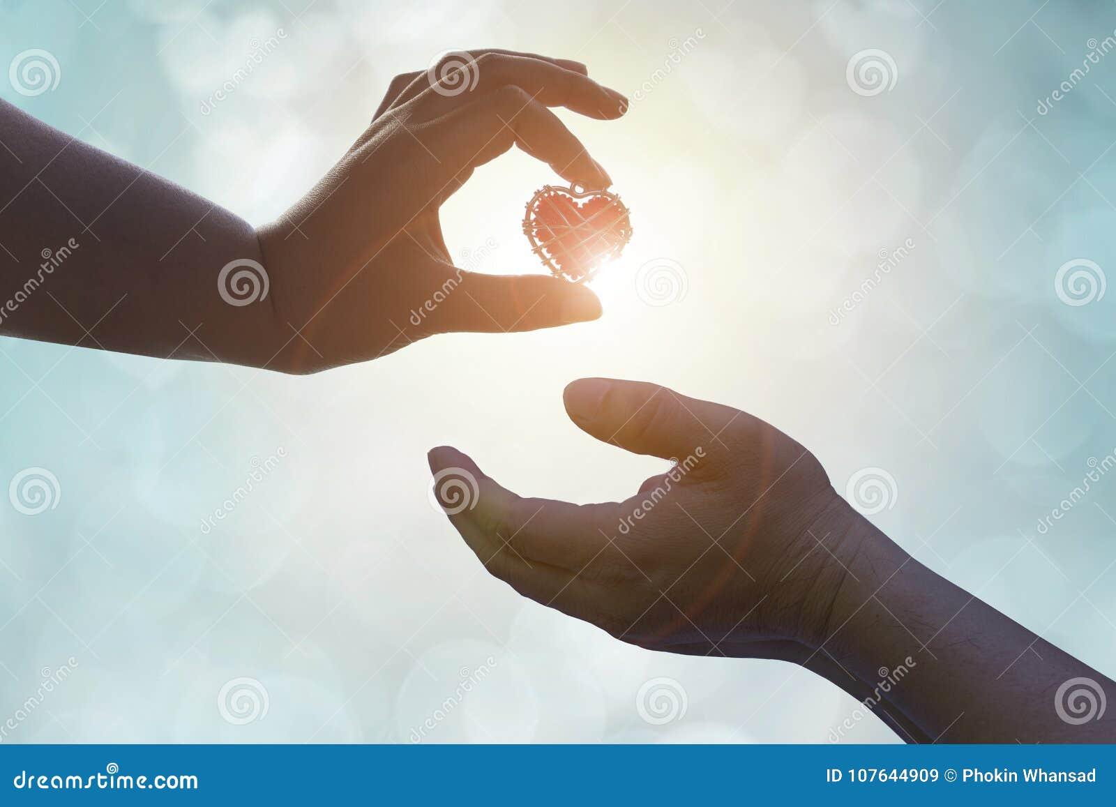 Dé está archivando al amante del amor o dan a tarjetas del día de San Valentín el regalo debajo del li caliente