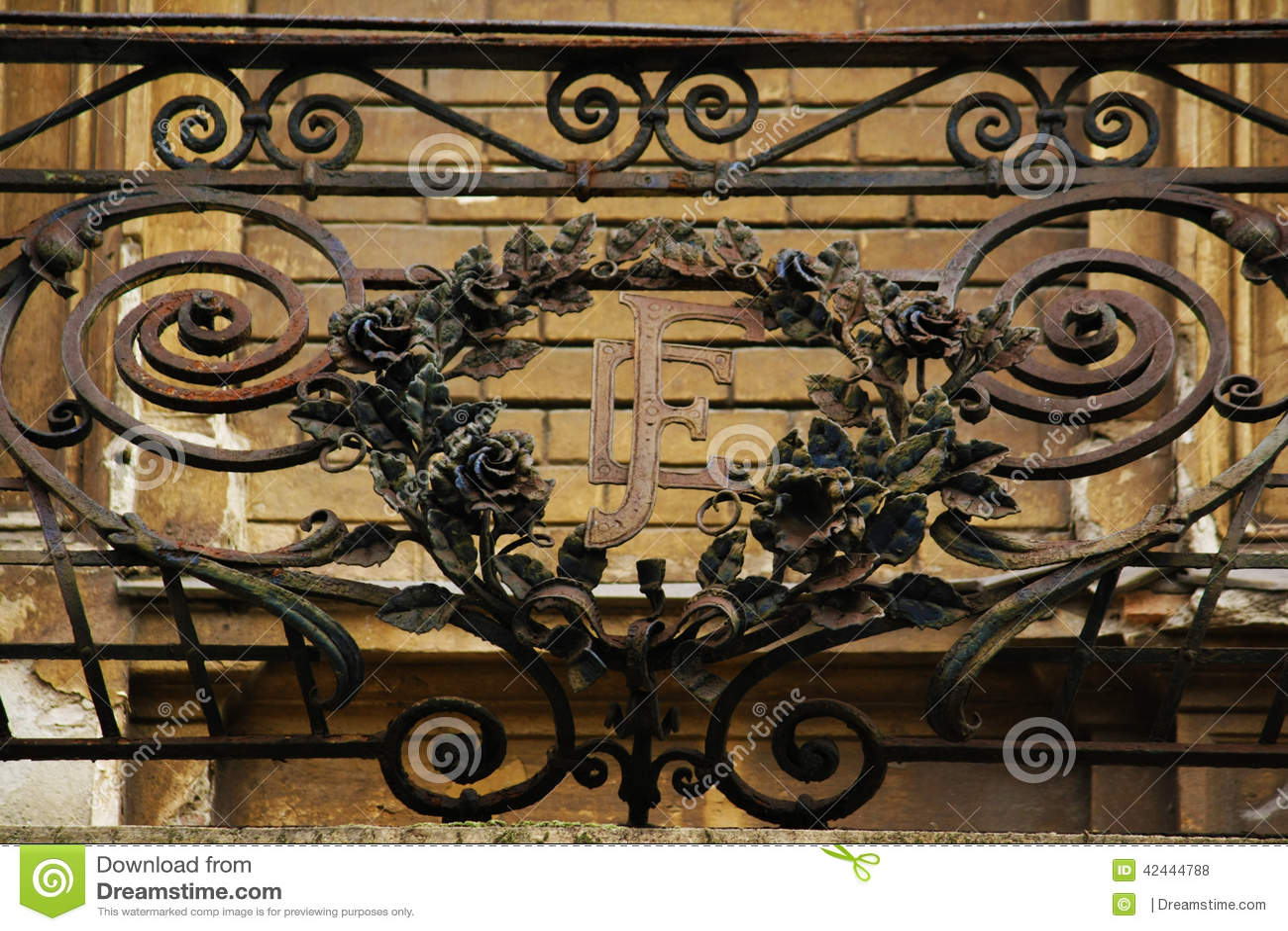 Dé la cerca hecha a mano del balcón en el edificio céntrico de Zagreb, Croacia, fondo del cielo azul