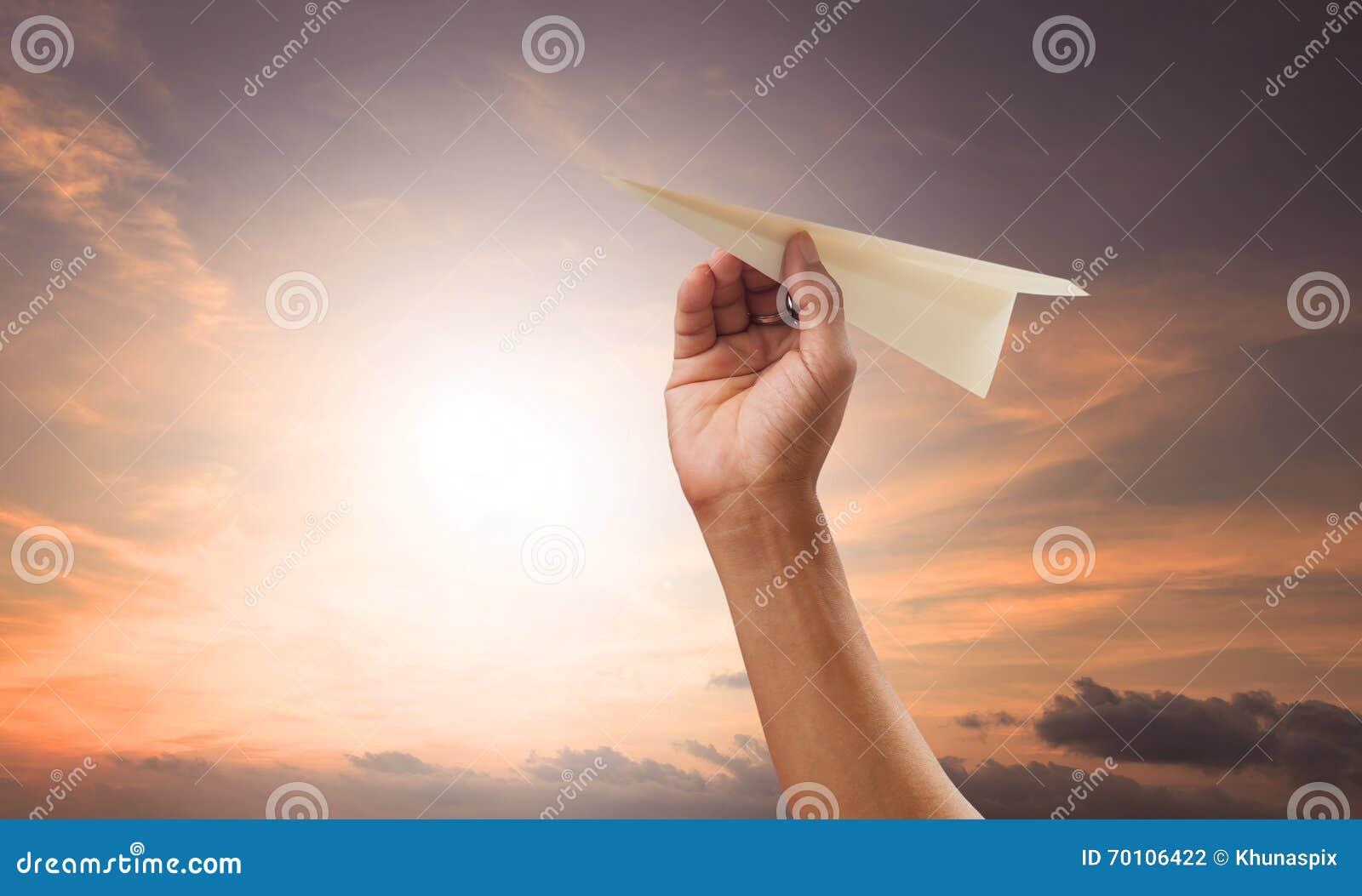 Dé la preparación al avión de papel que lanza al verde g del againt del mediados de aire