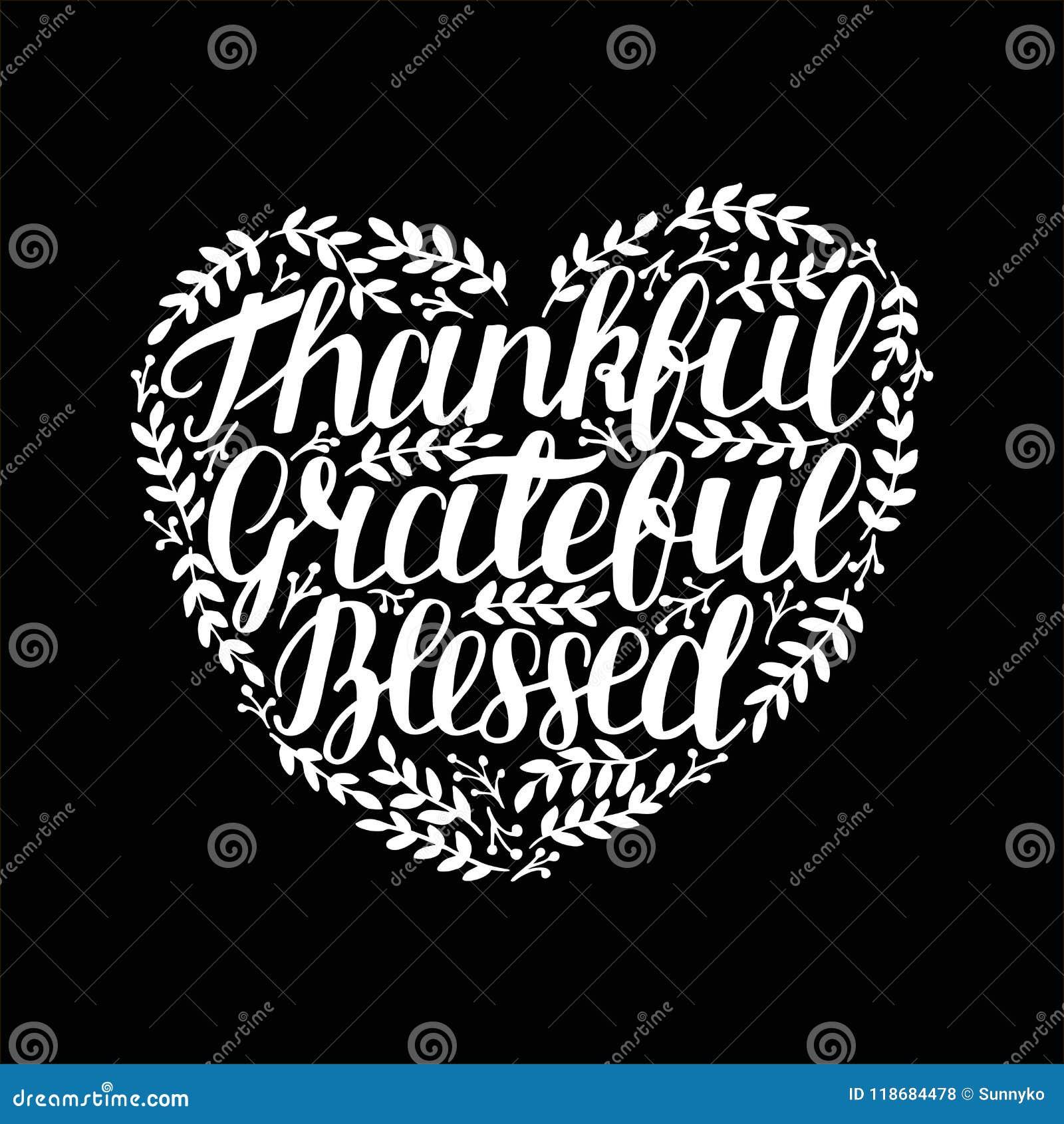 Dé las letras con la cita inspirada agradecida, agradecido, bendecido en la forma del corazón en fondo negro