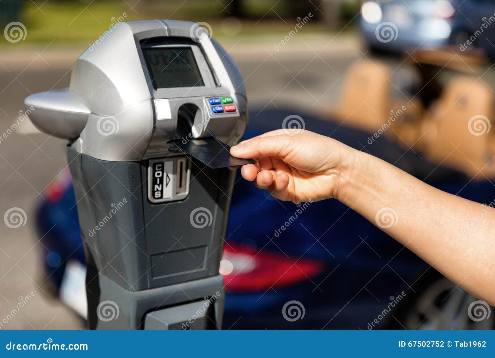 Dé poner la tarjeta de crédito en el parquímetro con el coche convertible