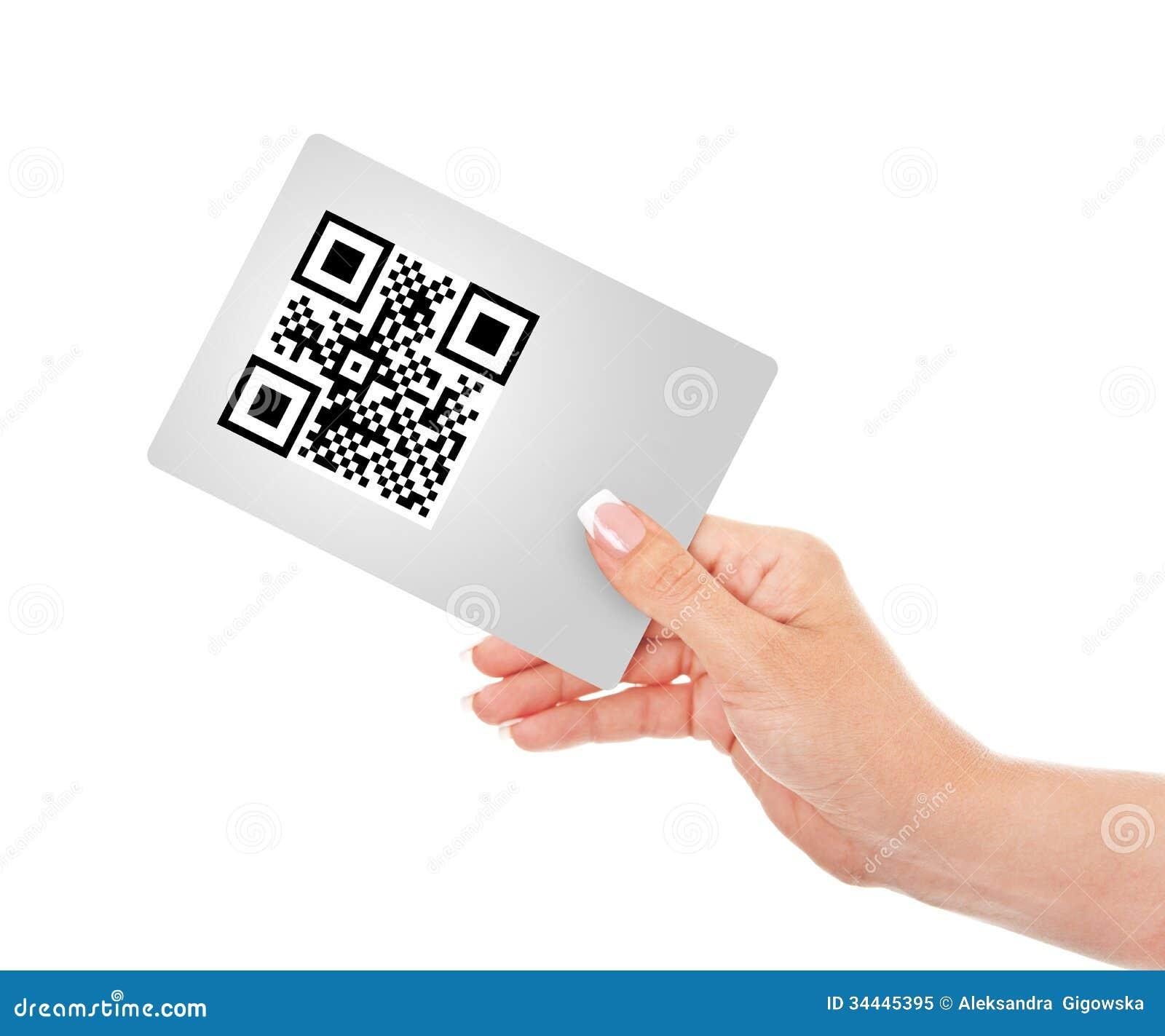 Dé sostener la tarjeta con código del qr aislada sobre blanco
