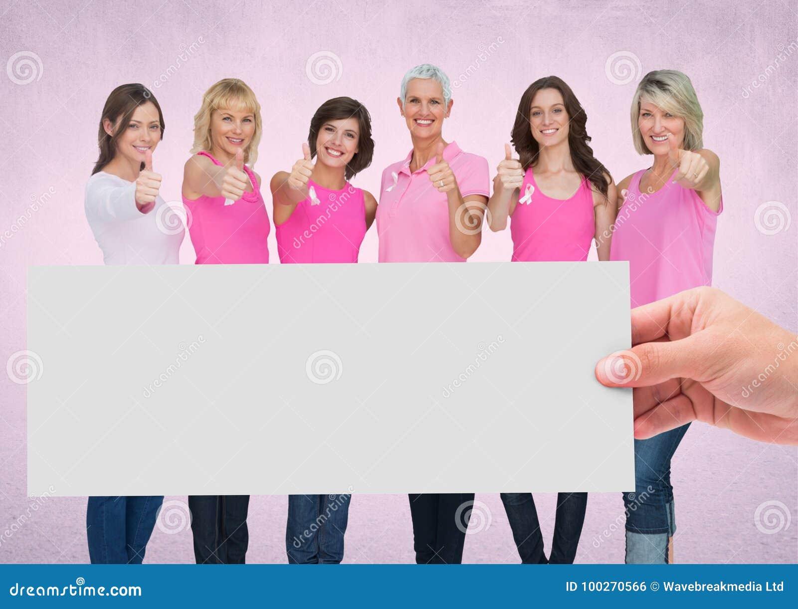Dé sostener la tarjeta con las mujeres rosadas de la conciencia del cáncer de pecho