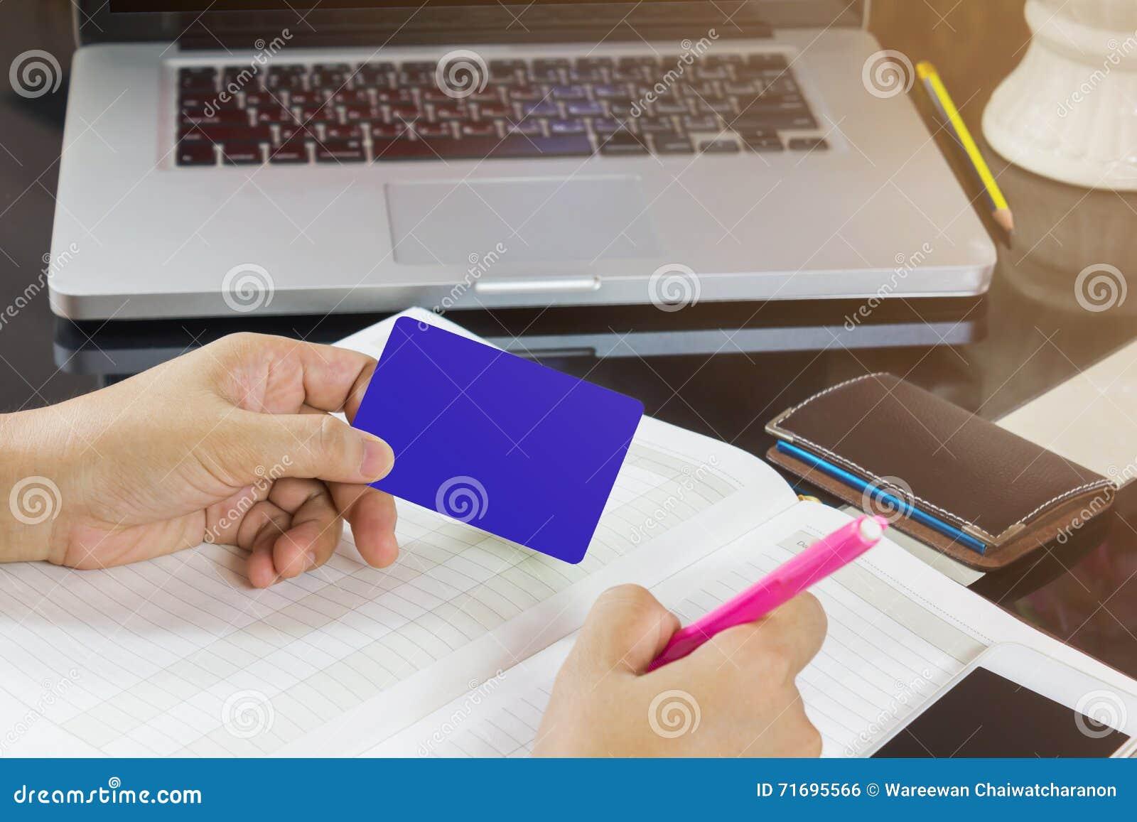 Dé toman la tarjeta en blanco y la pluma que anotan en el cuaderno vacío o