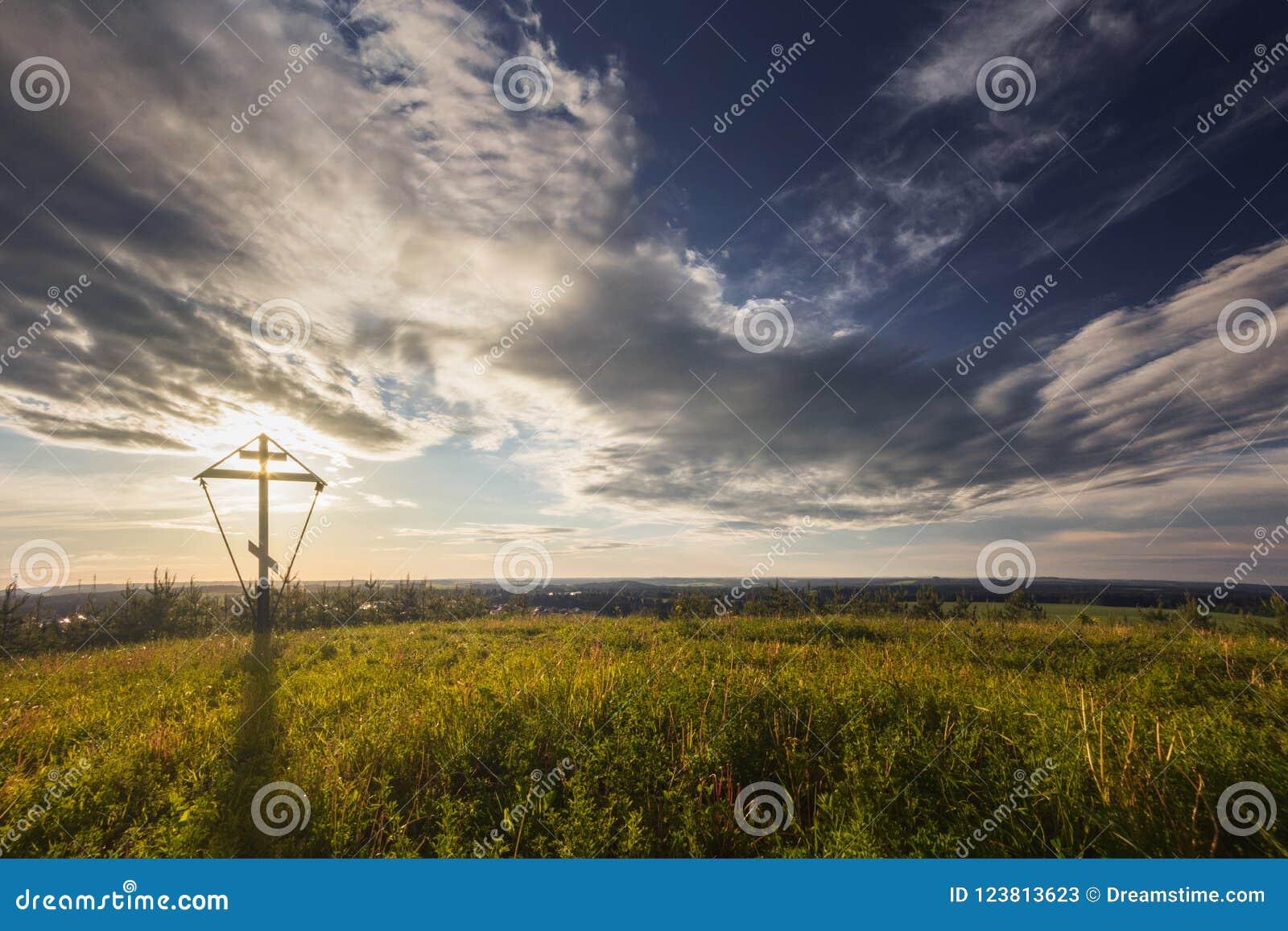 Début de la matinée aube La grande croix orthodoxe est illuminée par la lumière du soleil