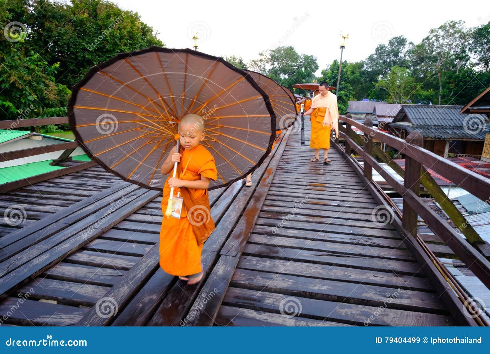 Débutant marchant sur le pont en bois (400 m longtemps fait à la main)