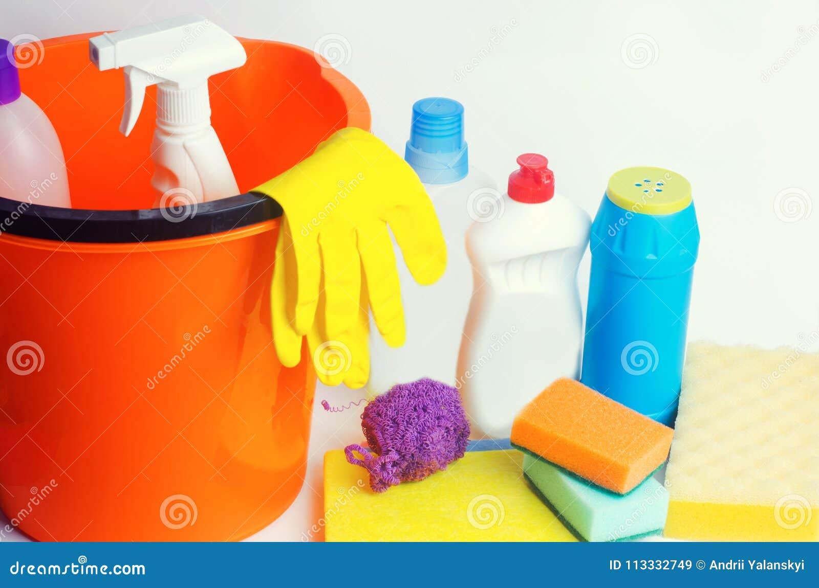 Décapants sur un fond blanc d isolement, ménage, approvisionnements, concept de la propreté
