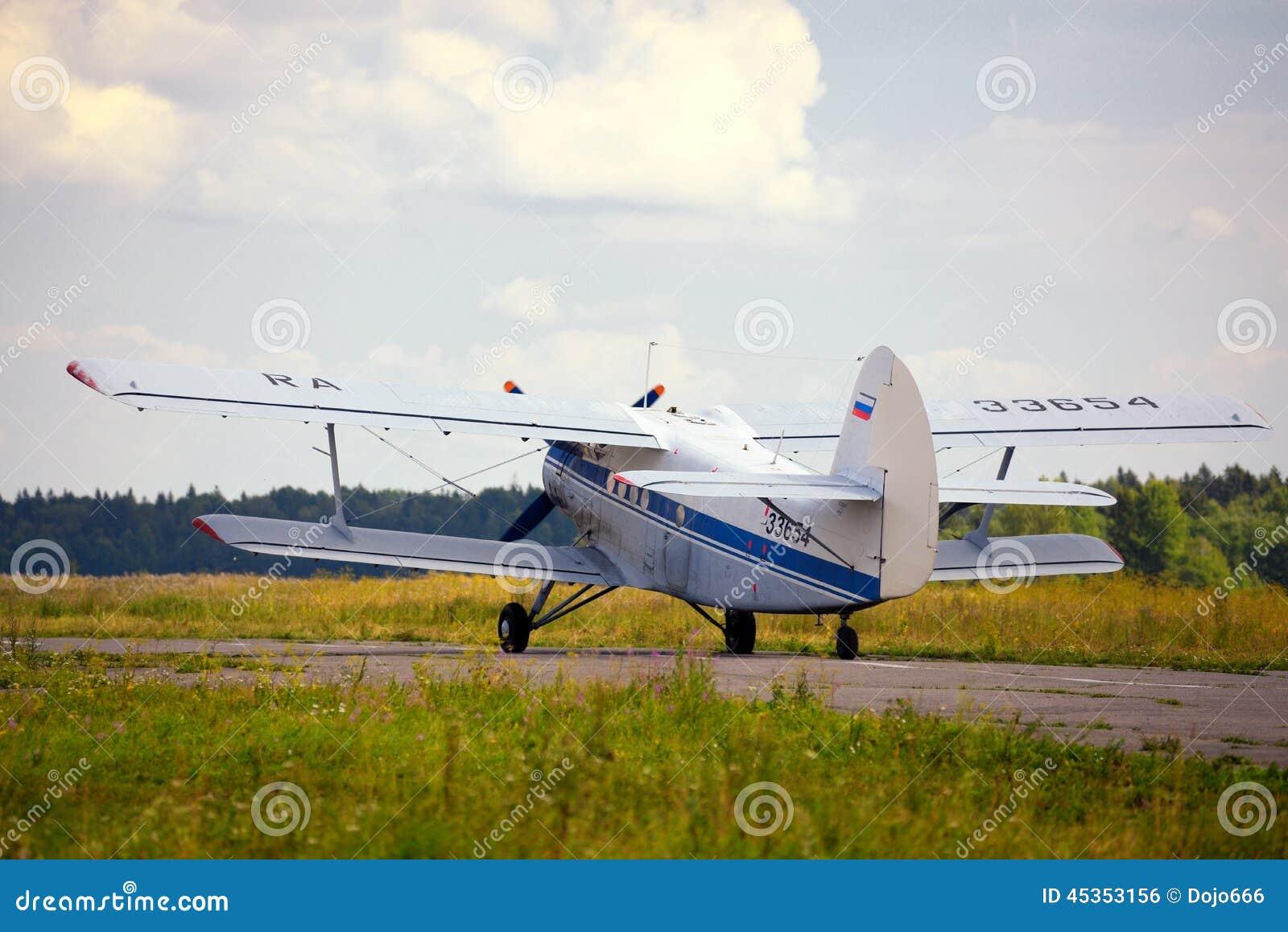 Décollage du vieil avion russe