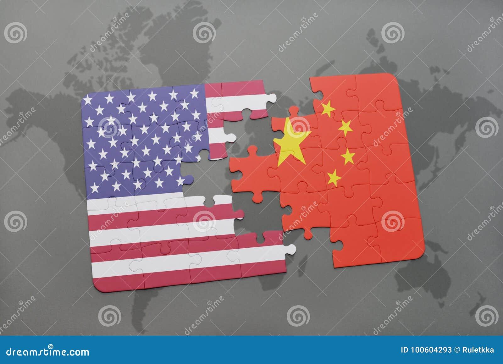 Déconcertez avec le drapeau national des Etats-Unis d Amérique et de la porcelaine sur un fond de carte du monde