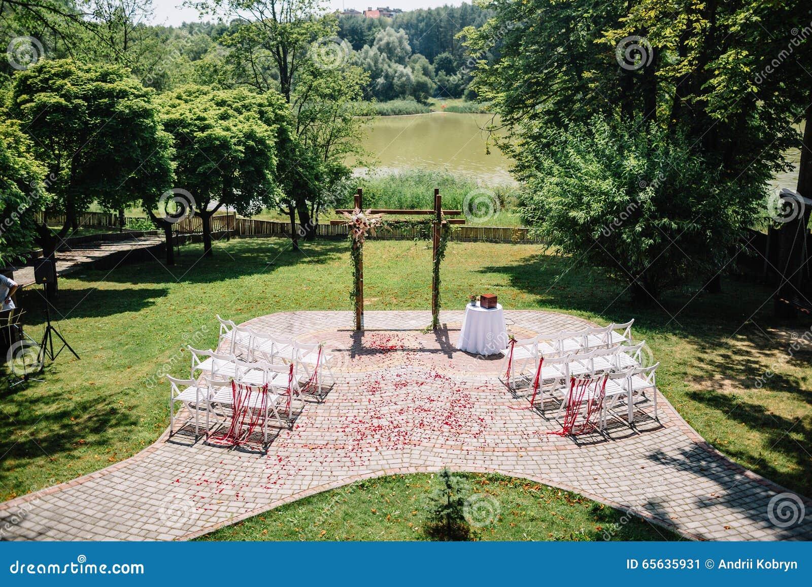 Décoré épousant la voûte dans le jardin