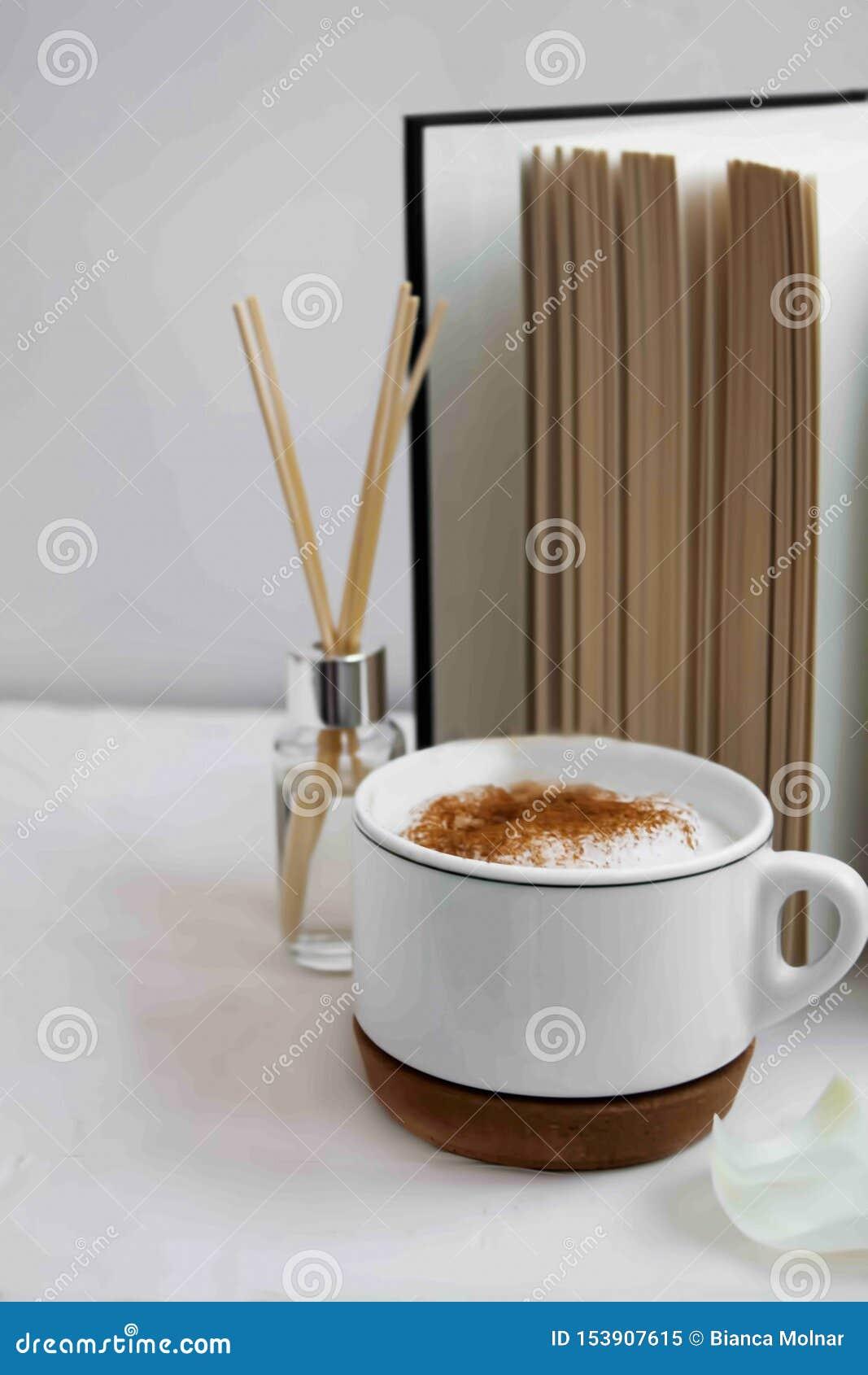 Décor à la maison avec une tasse de café