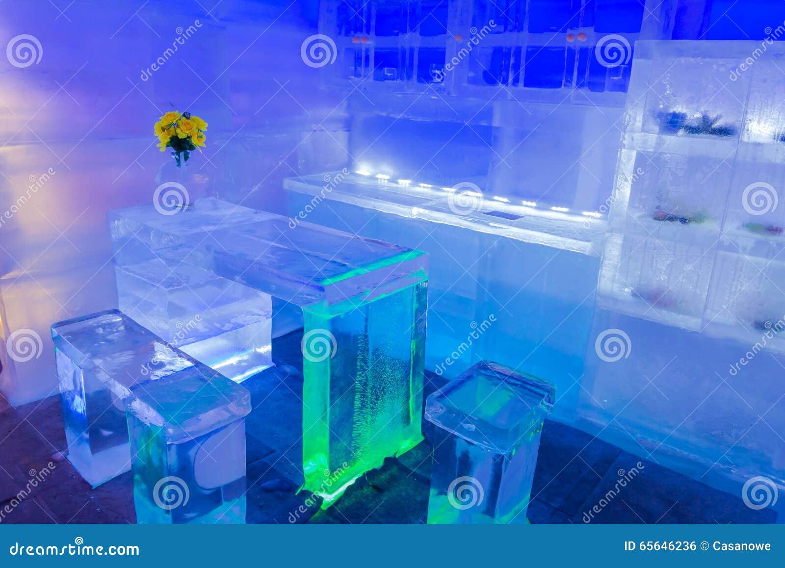 Décor à la maison de conception et de pièce avec les meubles faits de la glace