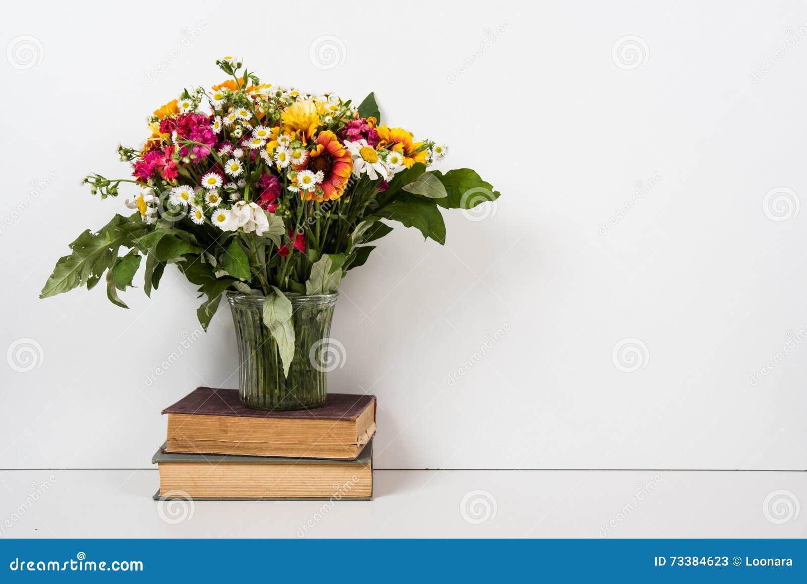 Décor à la maison intérieur avec des fleurs et des livres décoration simple d été