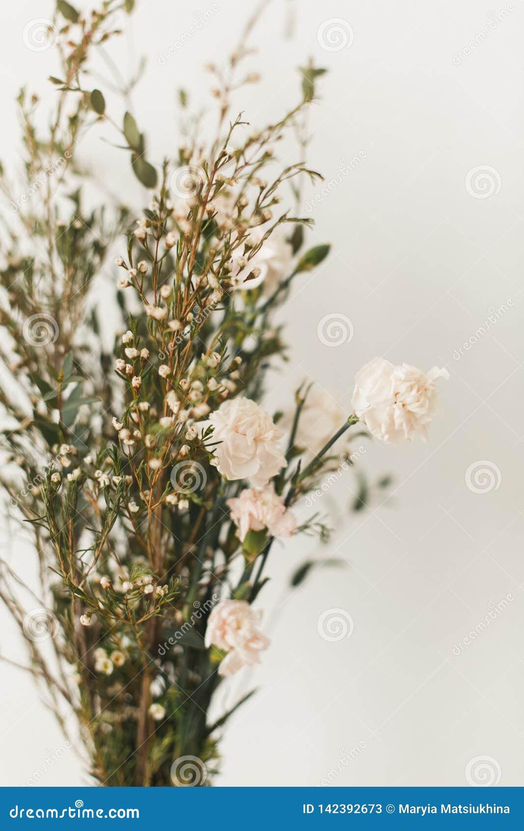 Décor à la maison mou, petits vases avec des wildflowers