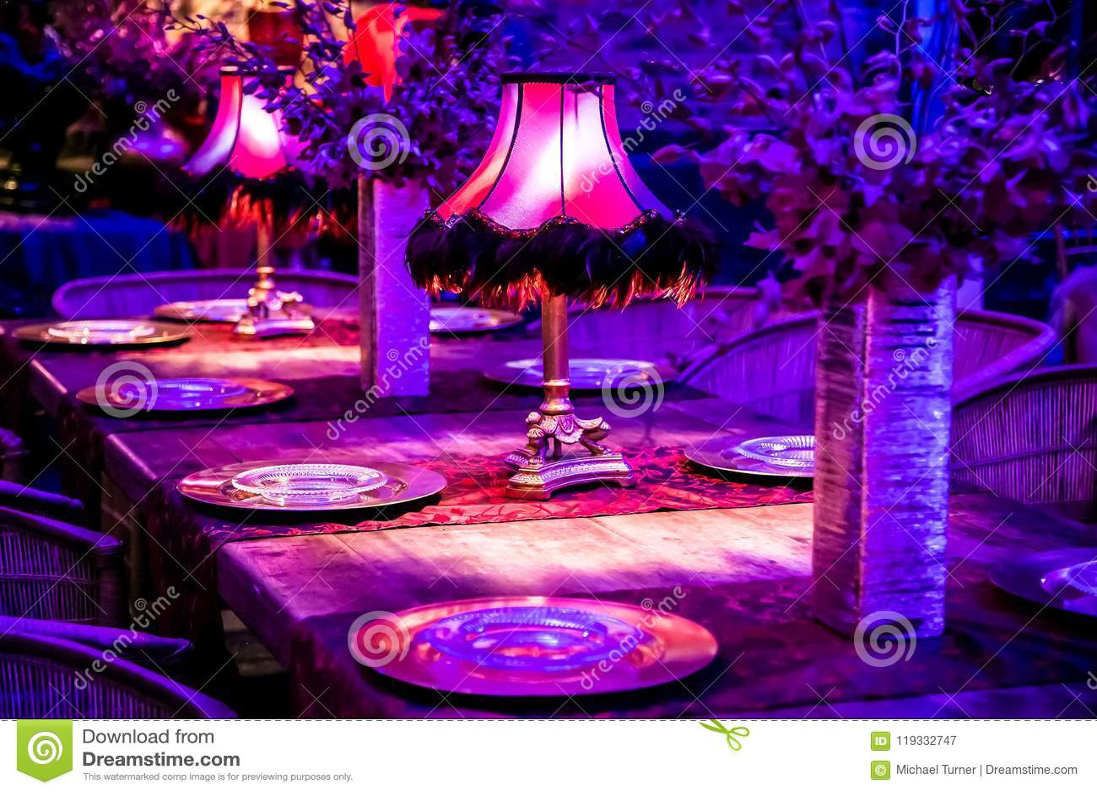 Décor avec des bougies et des lampes pour le dîner d entreprise d événement ou de gala