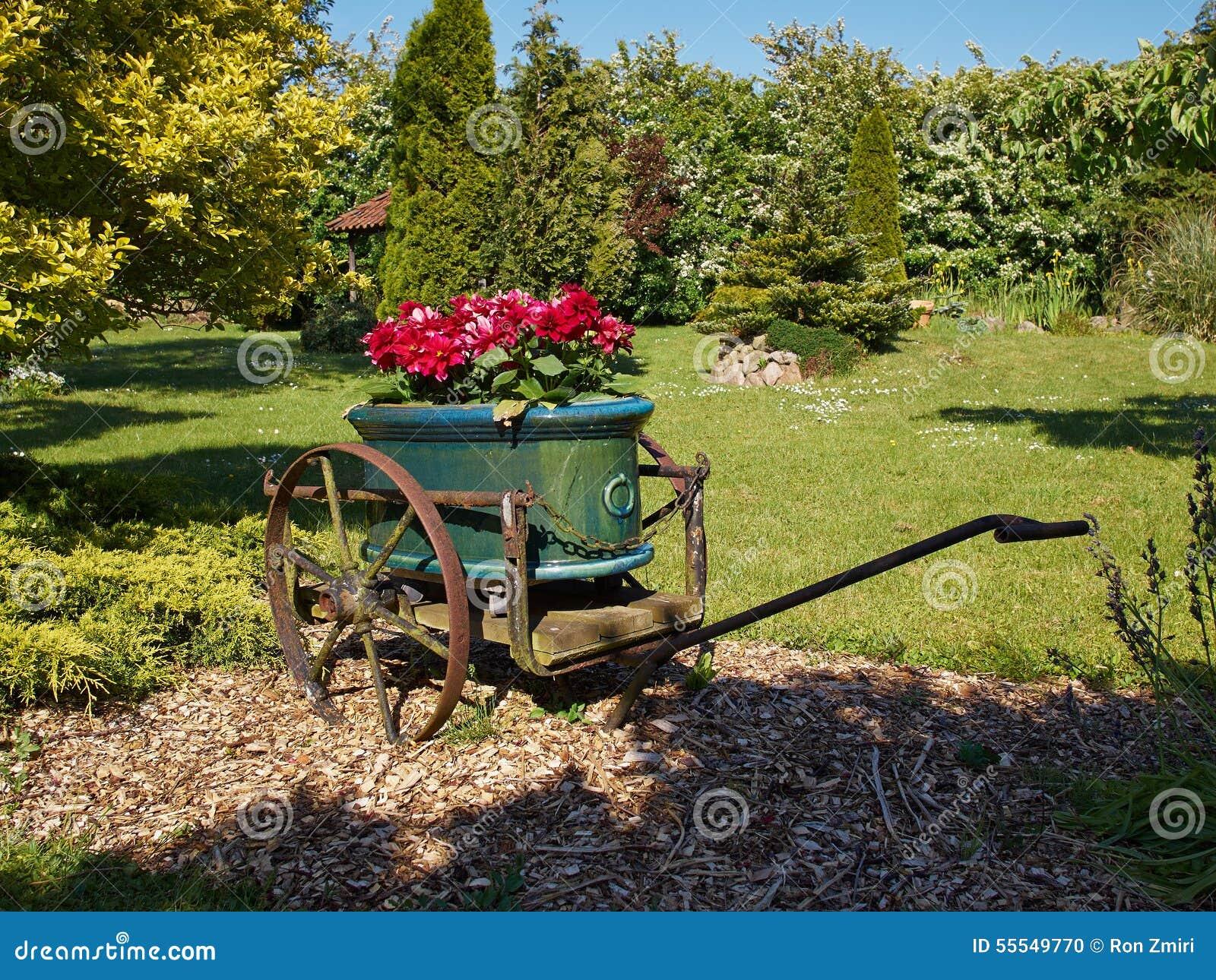 Décor De Jardin Dans Le Vieux Chariot Photo Stock Image Du Chariot