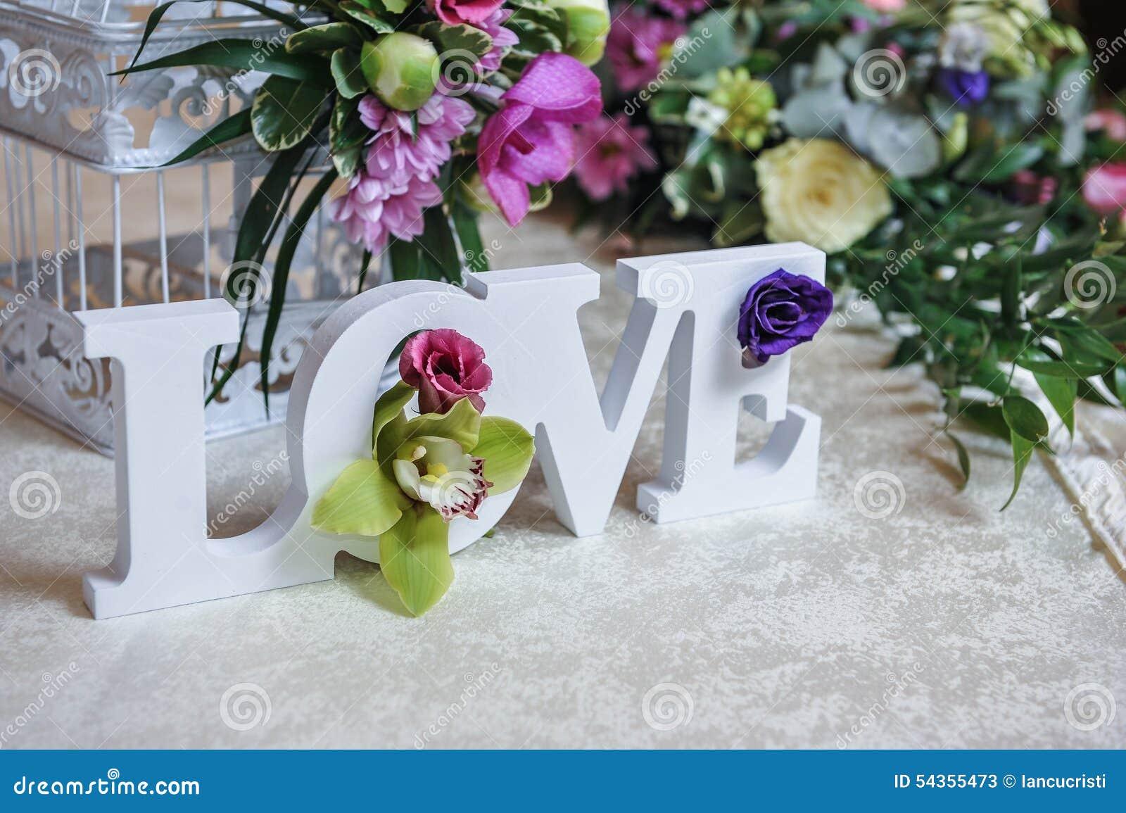 Decor De Mariage Lettres D Amour Et Fleurs Sur La Table Fleurs