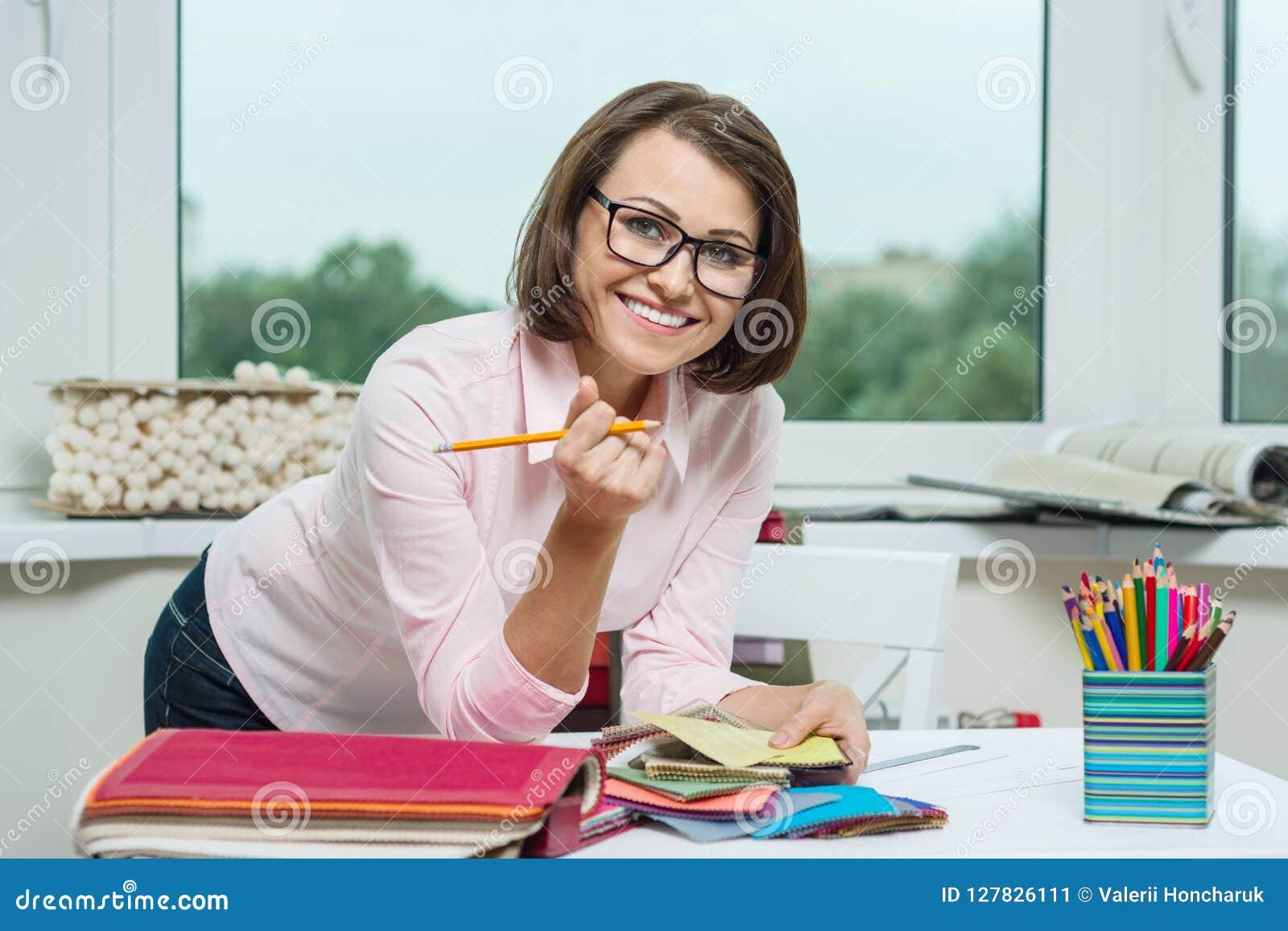 Décorateur féminin, concepteur travaillant avec des échantillons de tissus et matériaux d indépendant