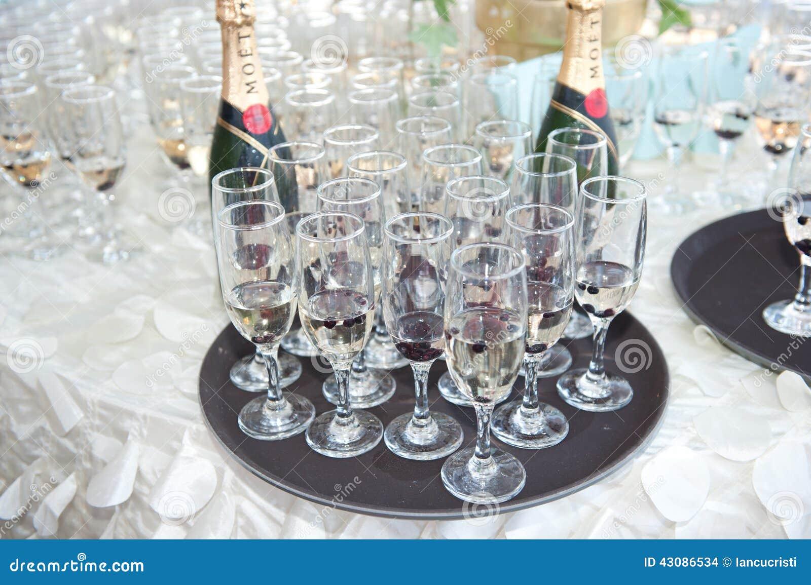 D coration avec des verres et deux bouteilles de champagne sur la table de f te photo stock - La bouteille sur la table ...