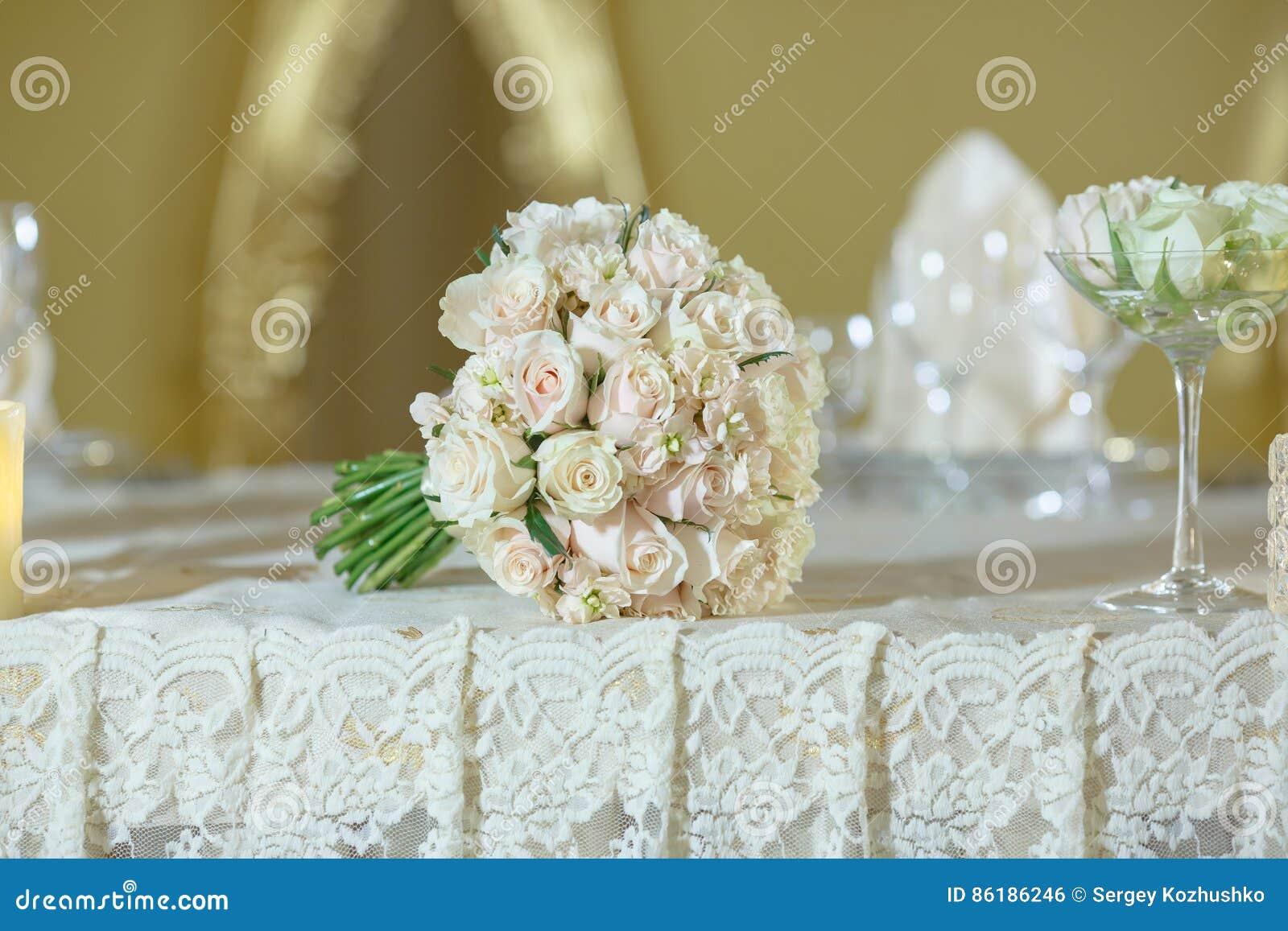 Download Décoration De Couleur D\u0027or Blanc De Bouquet De Mariage De Pivoine  De Roses