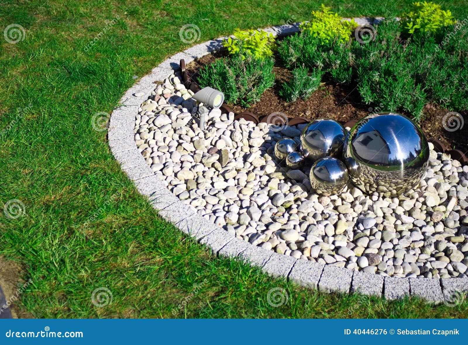 D coration de jardin avec les sph res argent es de miroir photo stock image 40446276 - Pebble garden decoration ideas ...