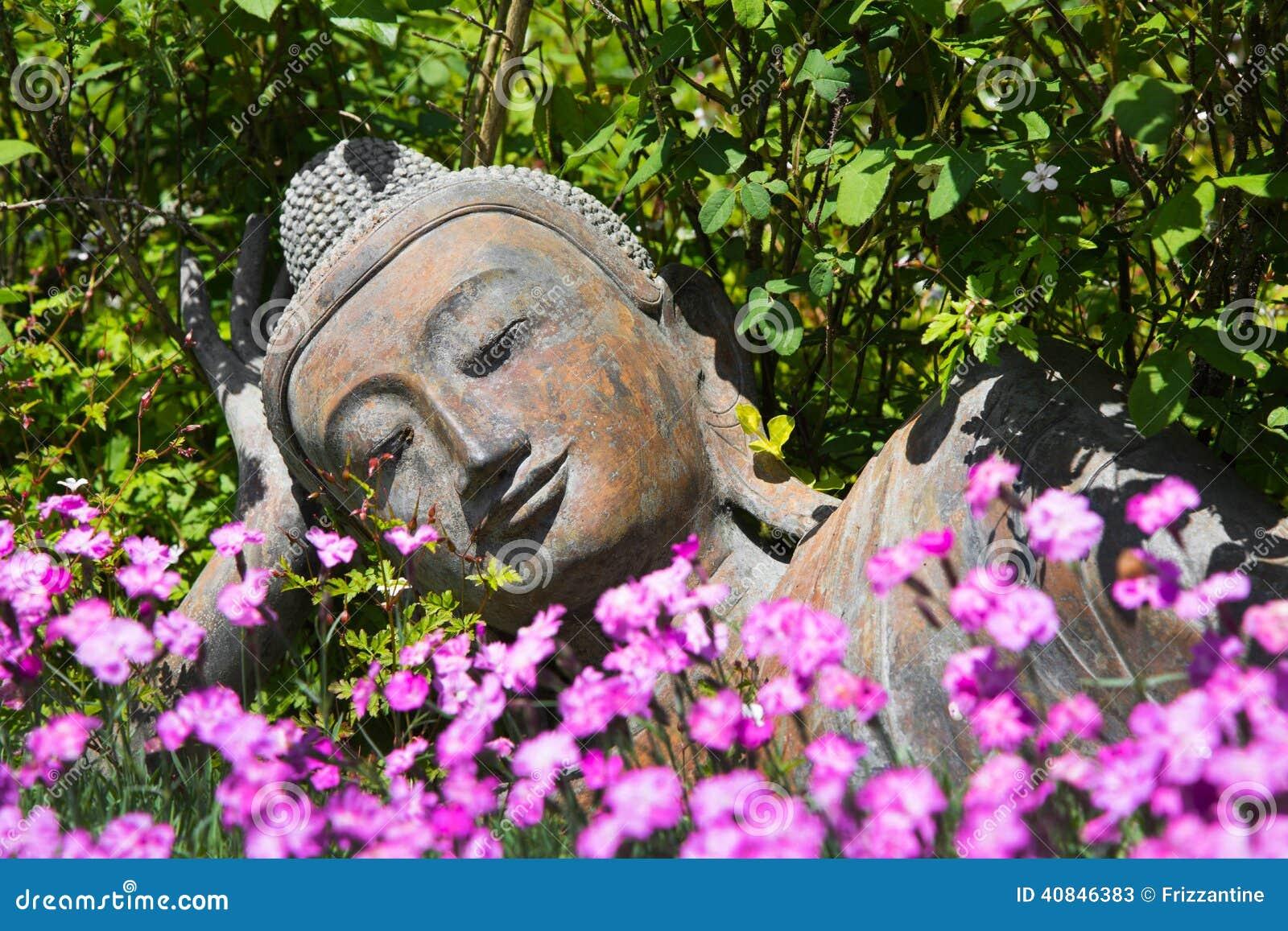 Décoration De Jardin Avec Un Bouddha Menteur Photo stoc