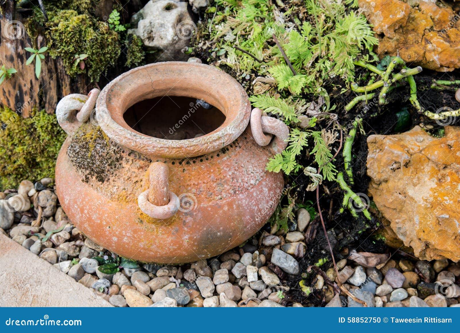 Décoration De Jardin Par Le Pot De Poterie, Broc De Poterie Photo ...