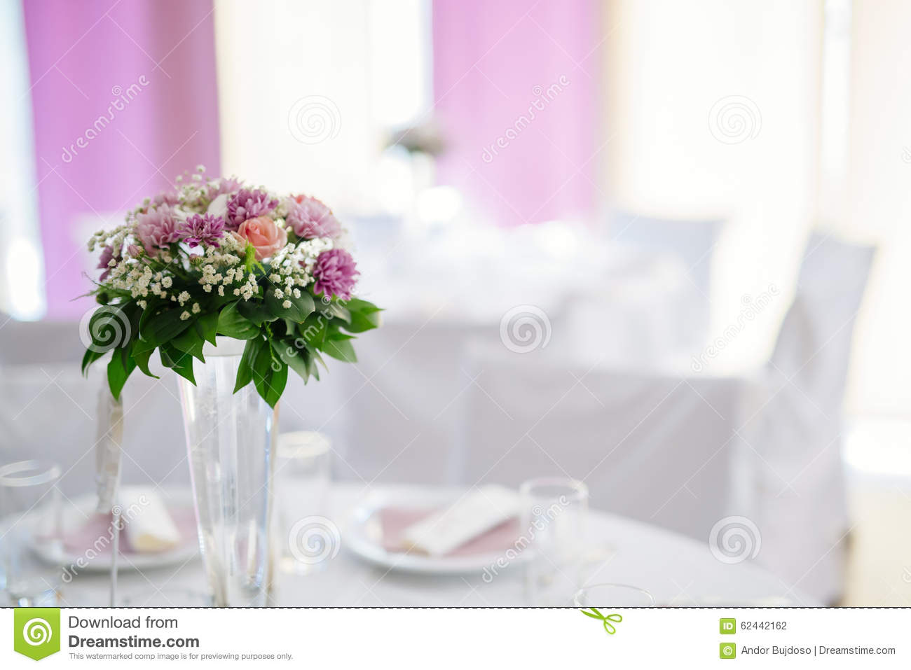 d coration de mariage avec des fleurs dans le vase photo. Black Bedroom Furniture Sets. Home Design Ideas