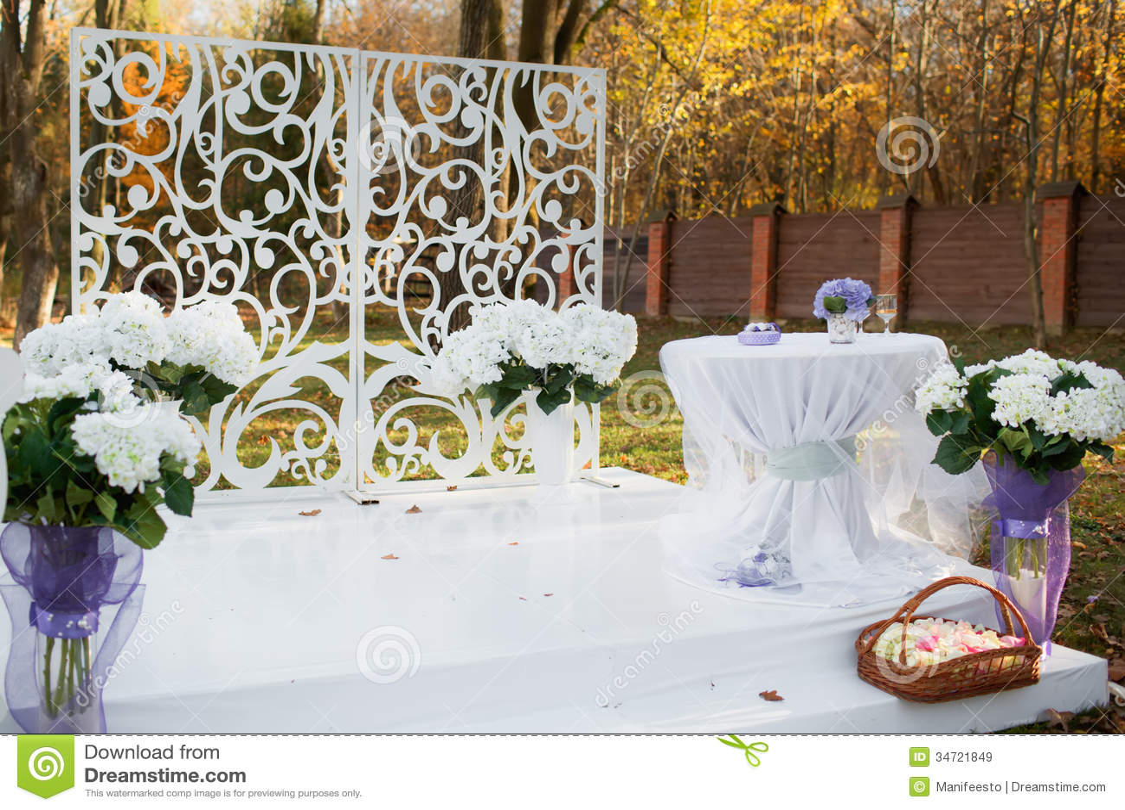 Décoration De Mariage Dans Le Jardin Images libres de droits  Image