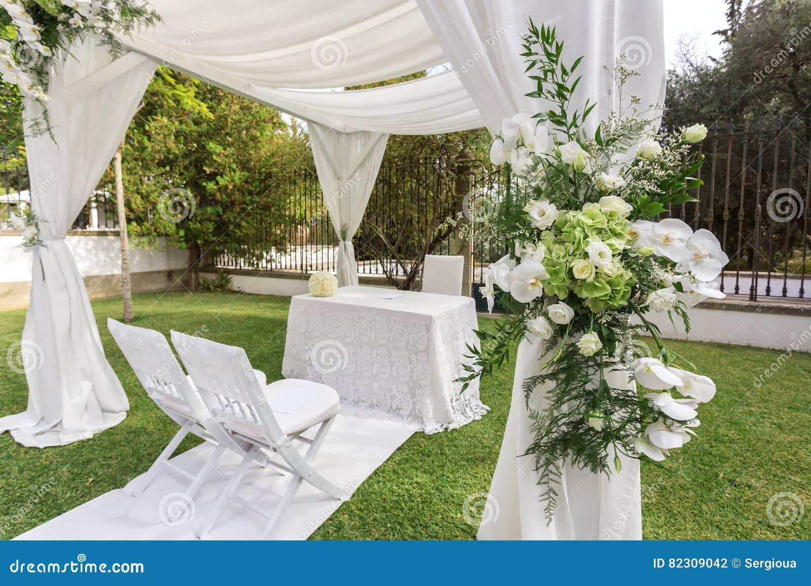Décoration De Mariage Dans Le Jardin Photo stock - Image du ...