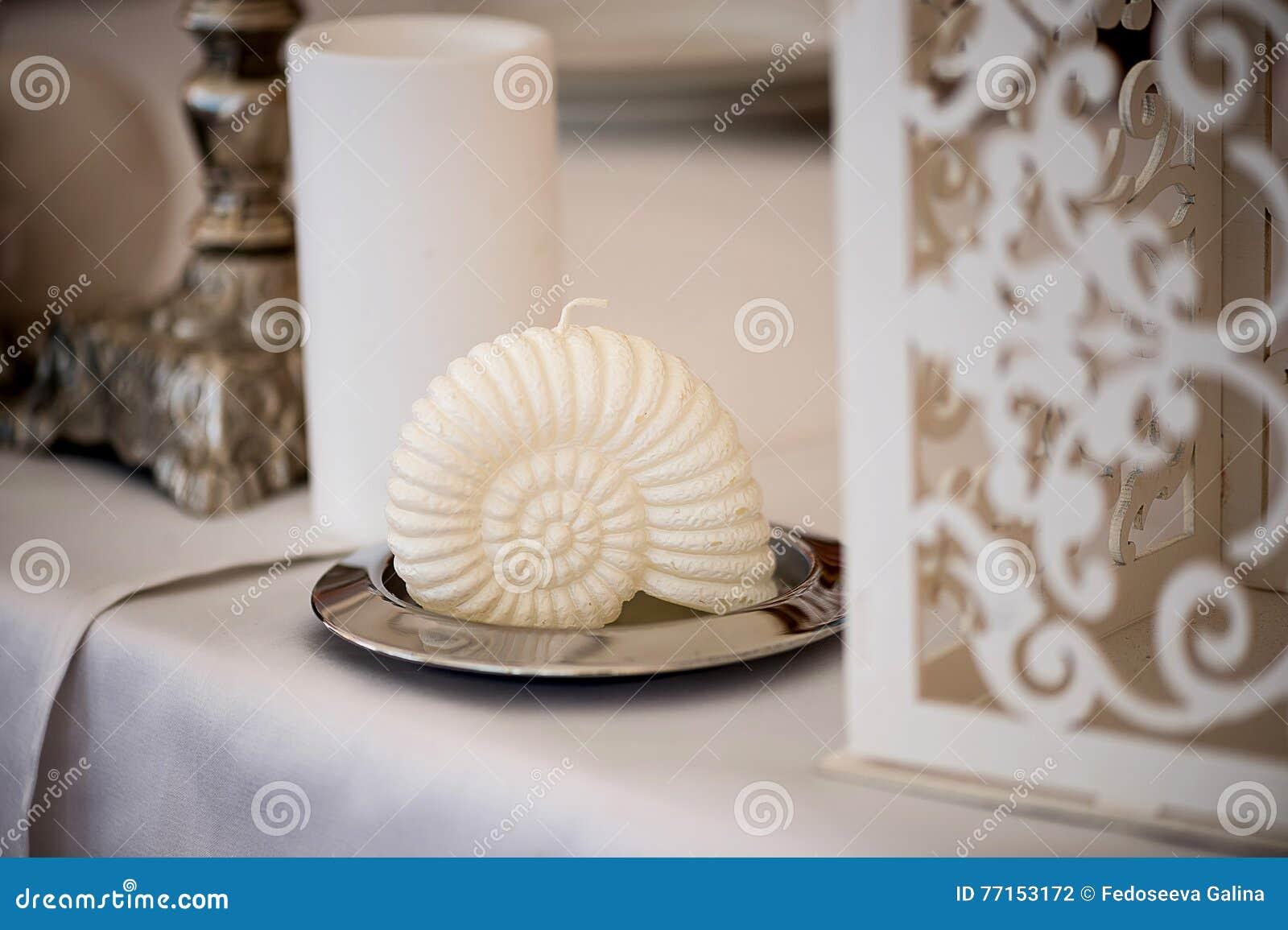Décoration de mariage dans une coquille blanche de style méditerranéen avec le tissu léger sur le support en métal