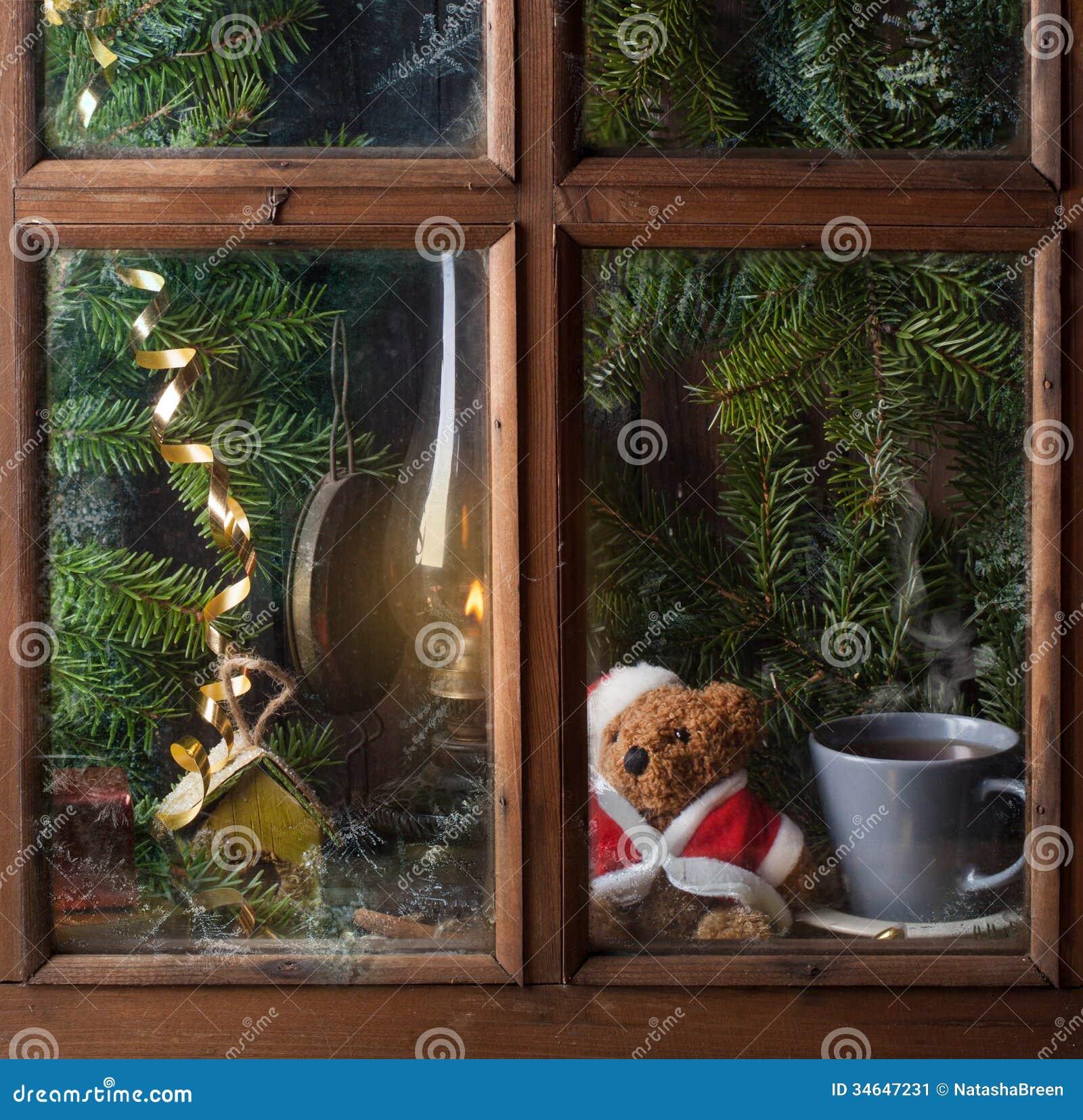 D coration de no l avec l 39 ours de nounours dans la fen tre for Decoration de fenetre interieur pour noel