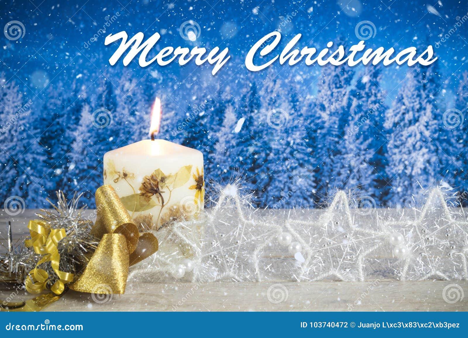 Décoration de Noël avec la bougie, arc d or, étoiles argentées, avec le texte dans le ` anglais de Joyeux Noël de ` à un arrière-