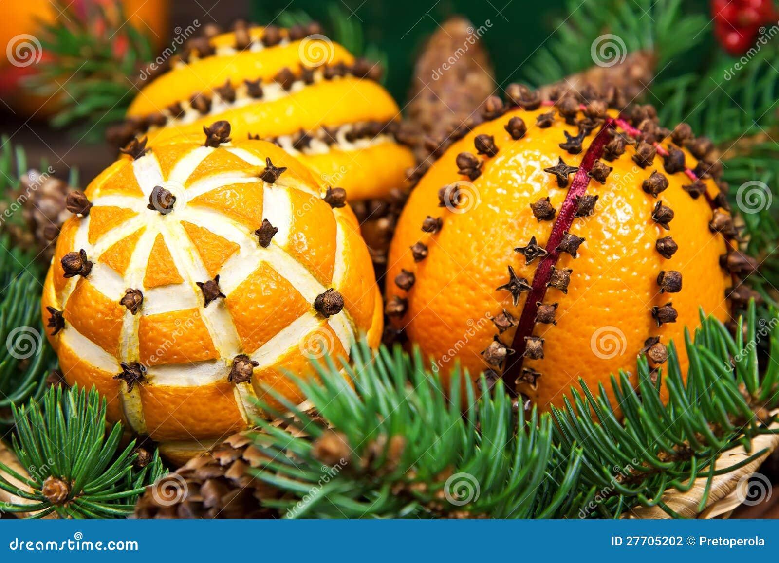 d coration de no l avec les oranges et l 39 arbre de sapin photo stock image 27705202. Black Bedroom Furniture Sets. Home Design Ideas