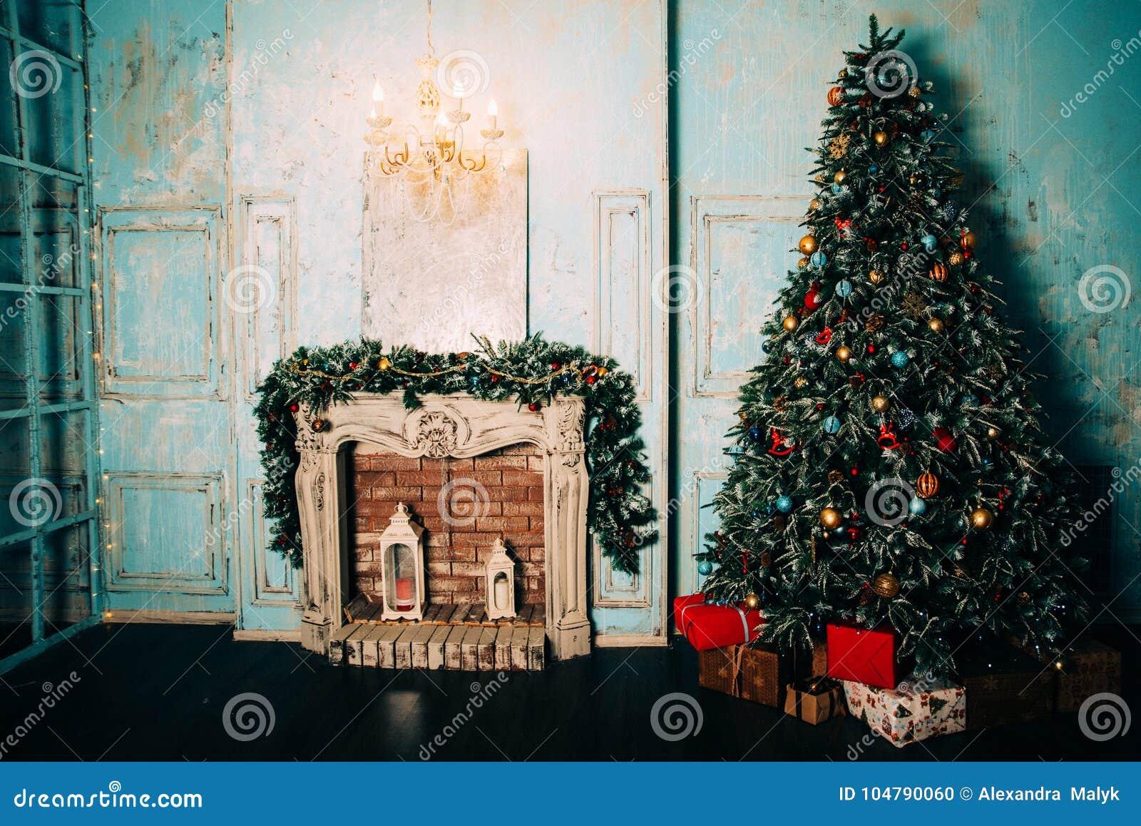 Decoration De Noel Dans L Interieur Grunge De Chambre Avec La Cheminee Chaise De Basculage D Enfants De Cheval Arbre Classique Photo Stock Image Du Dans Decoration 104790060