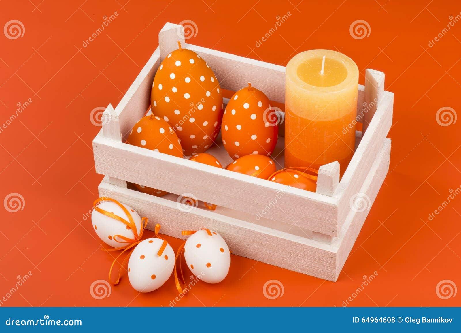 d coration de p ques bougies et oeufs dans la bo te en bois photo stock image 64964608. Black Bedroom Furniture Sets. Home Design Ideas