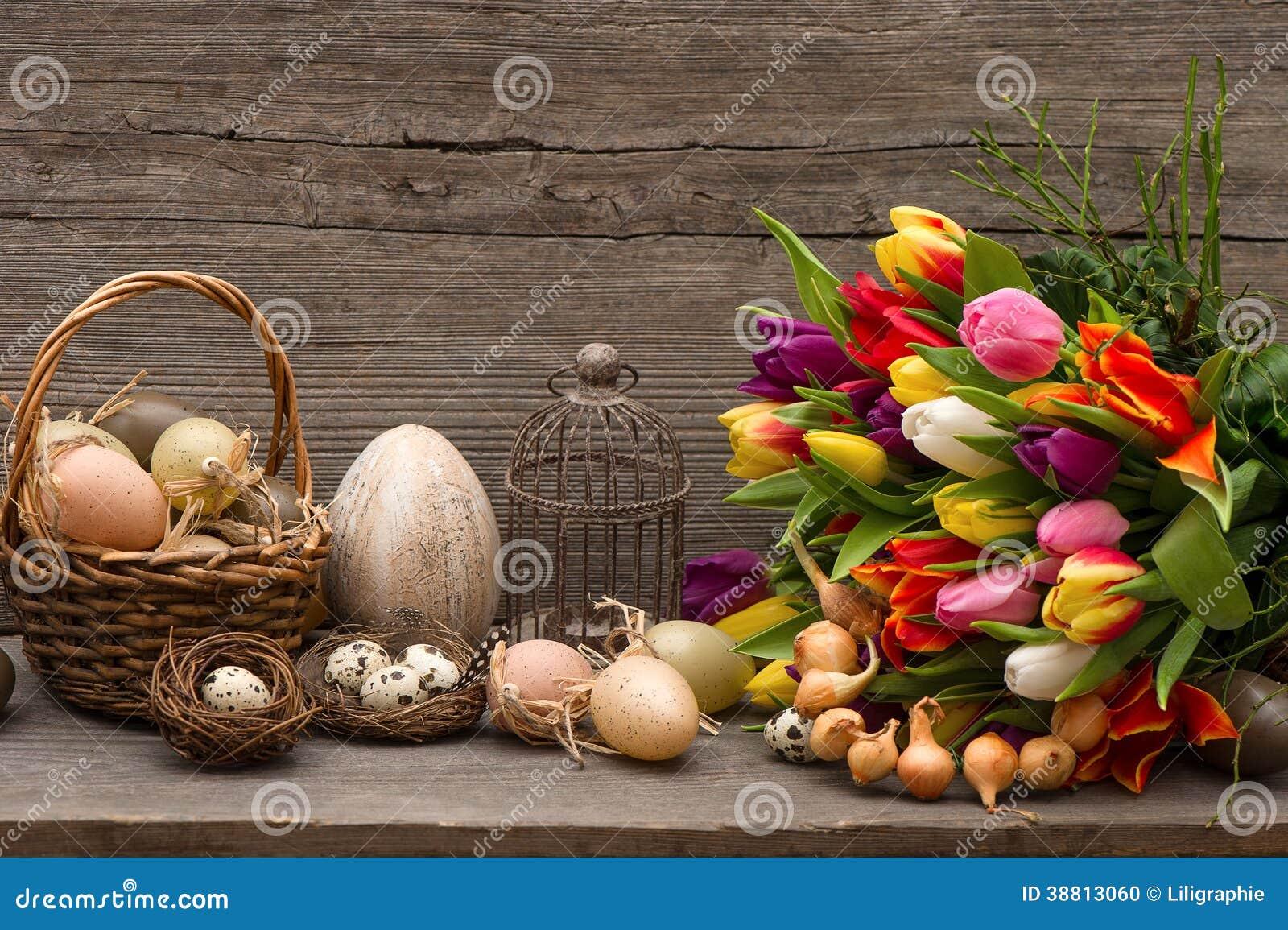 ... stock: Décoration de Pâques de vintage avec des oeufs et des tulipes
