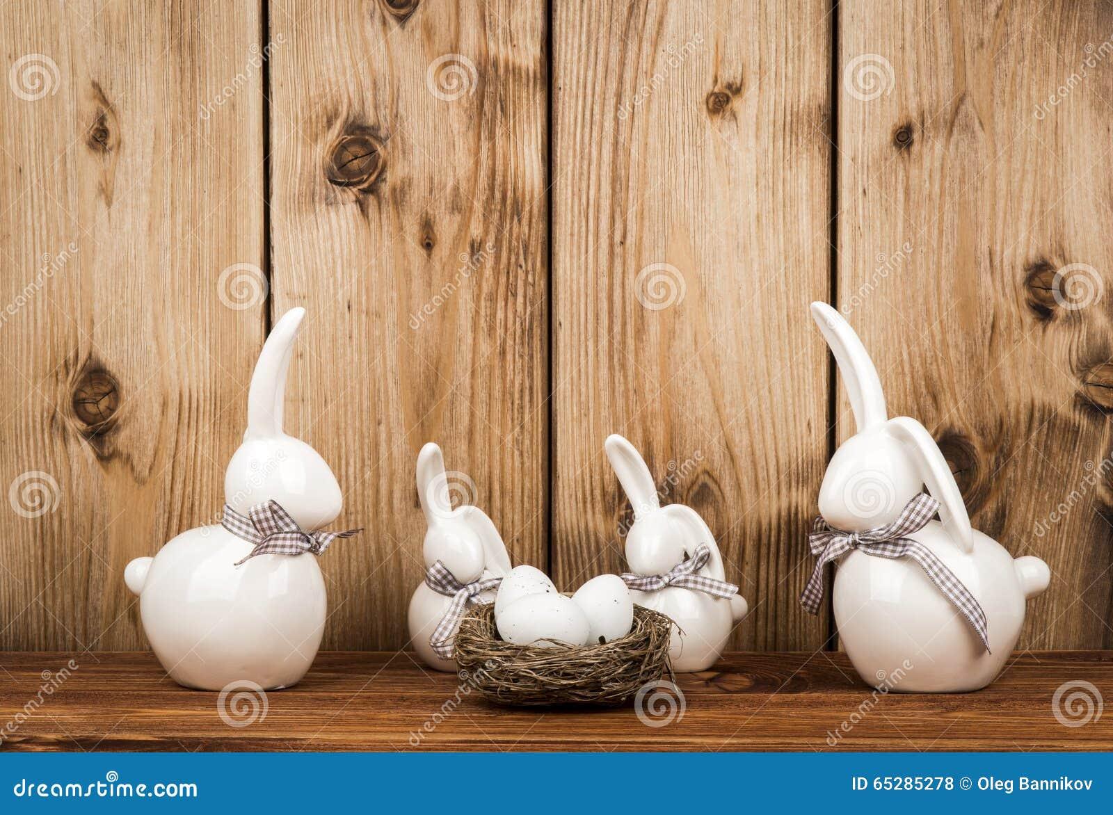d coration de p ques lapins et oeufs en c ramique de p ques sur le fond en bois photo stock. Black Bedroom Furniture Sets. Home Design Ideas